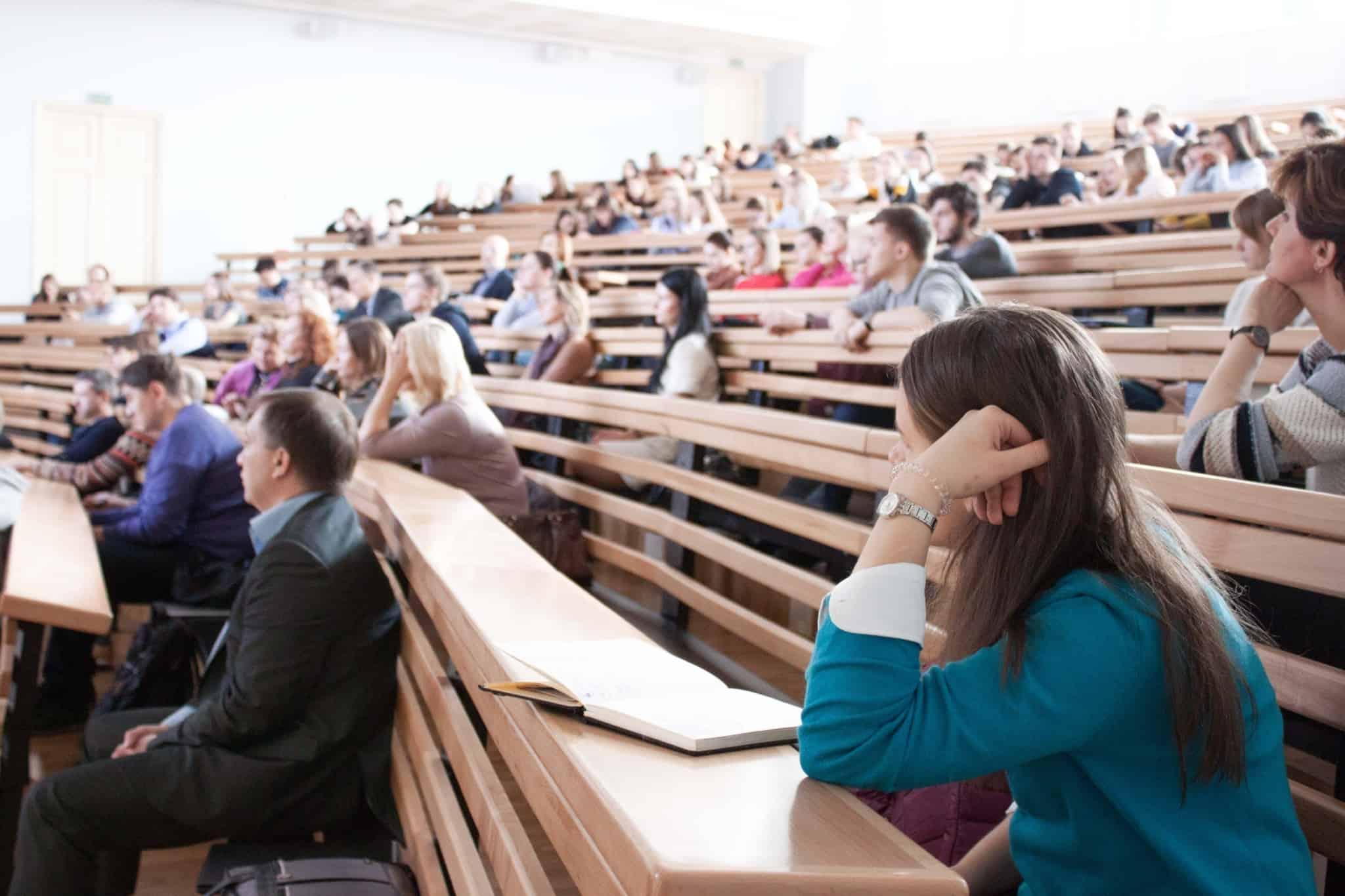 alunos em auditório faculdade