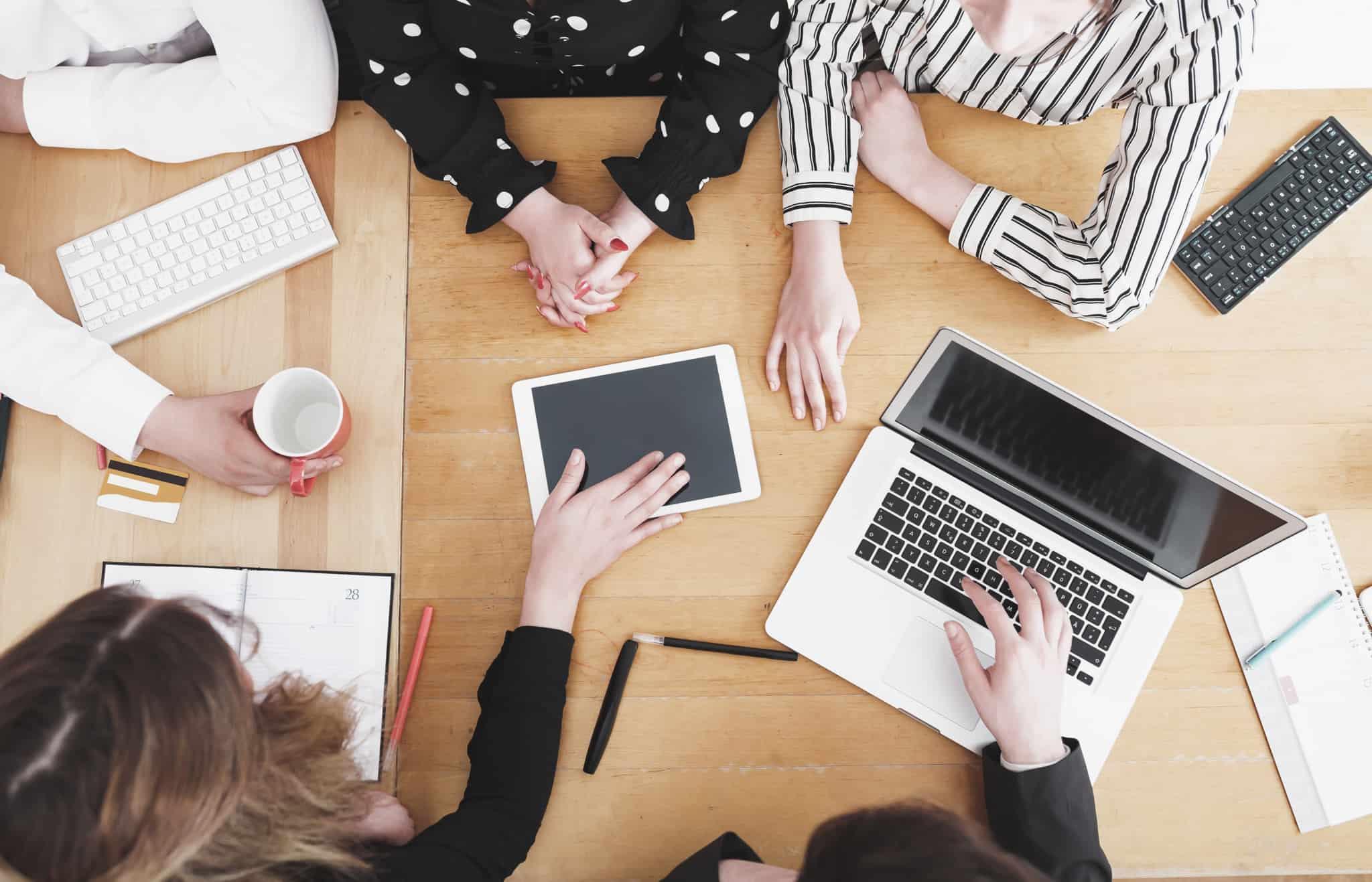 5 mulheres numa reunião de trabalho
