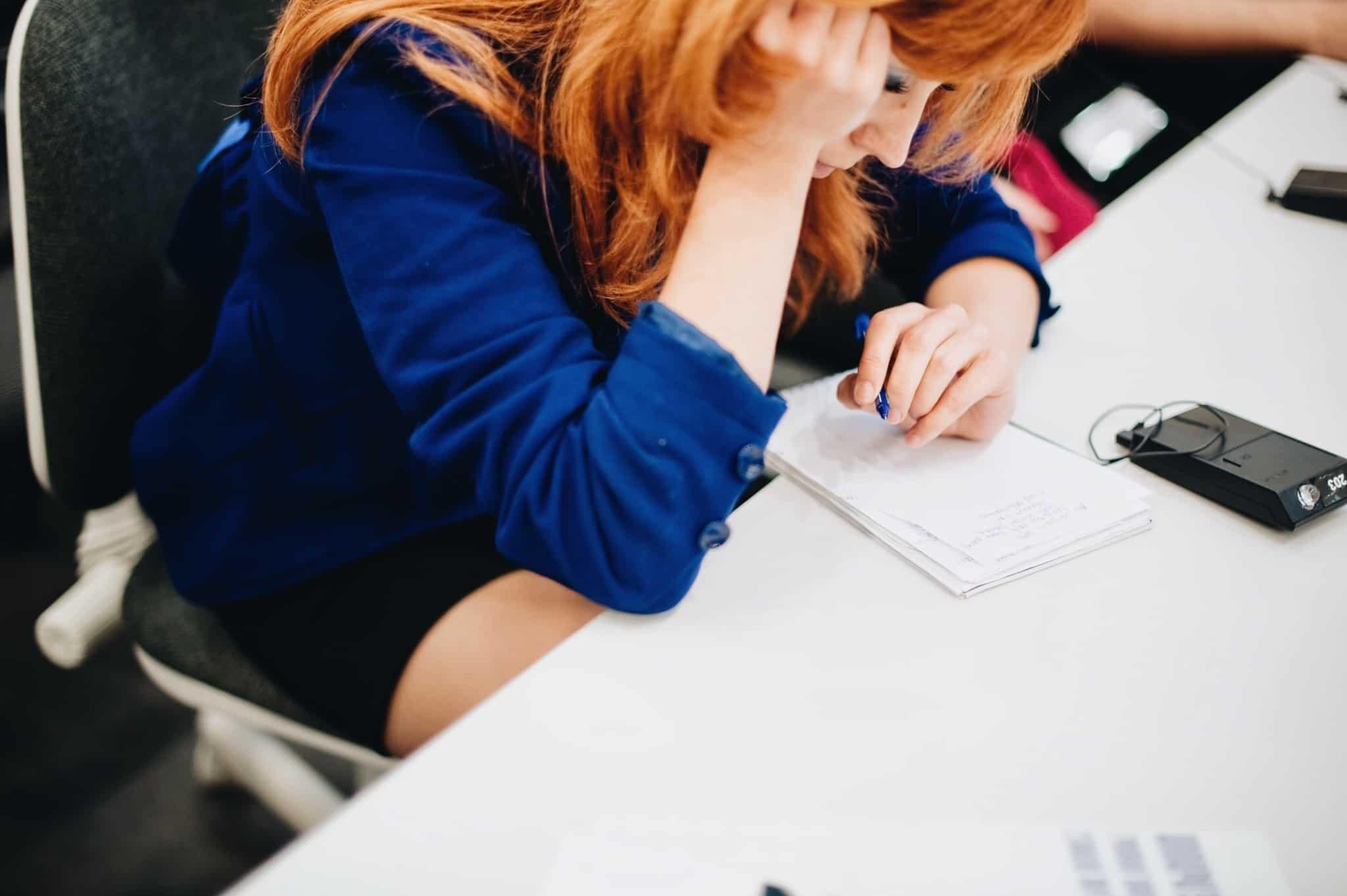 rapariga escreve no bloco de notas
