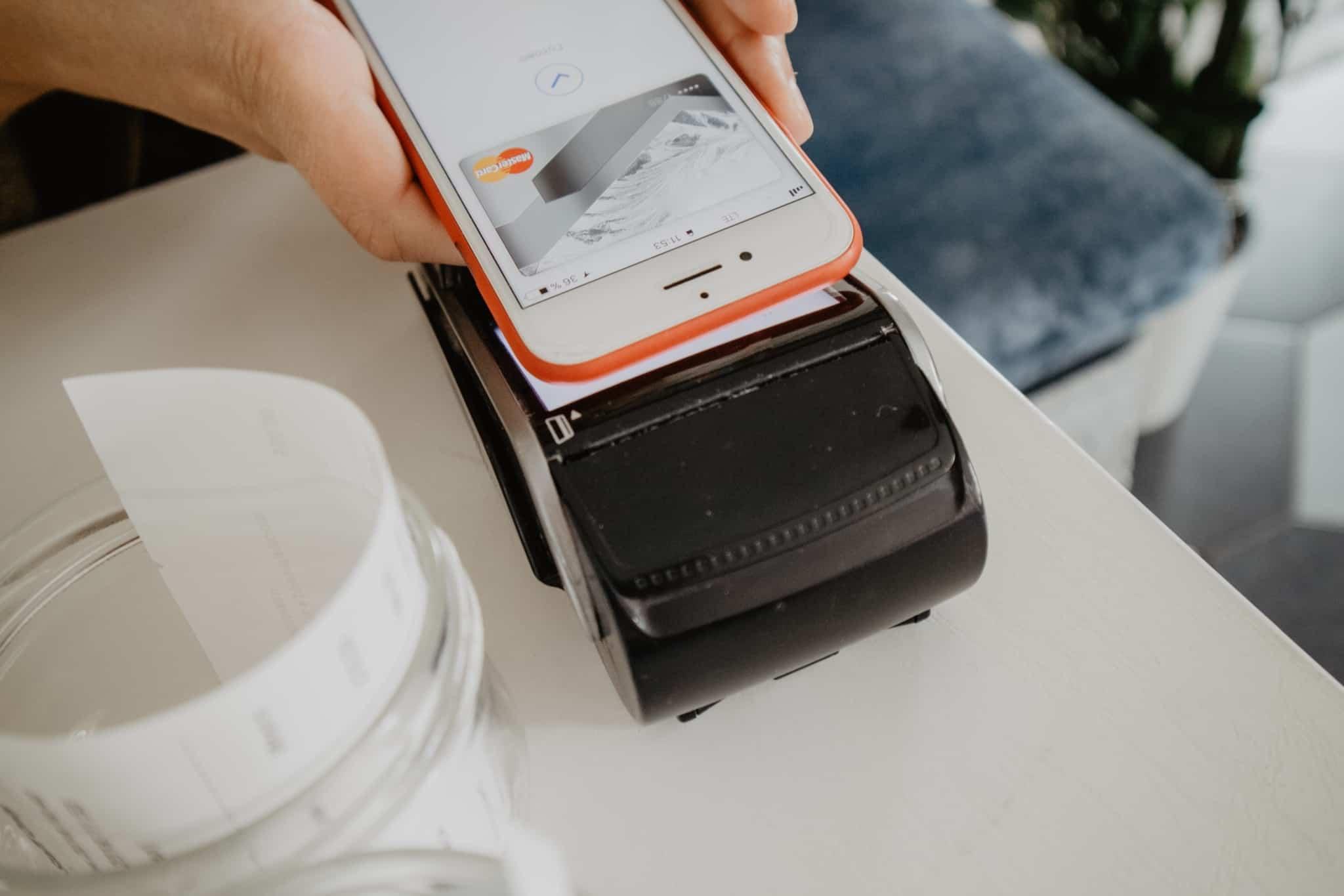 pagamento de compras com smartphone em atm