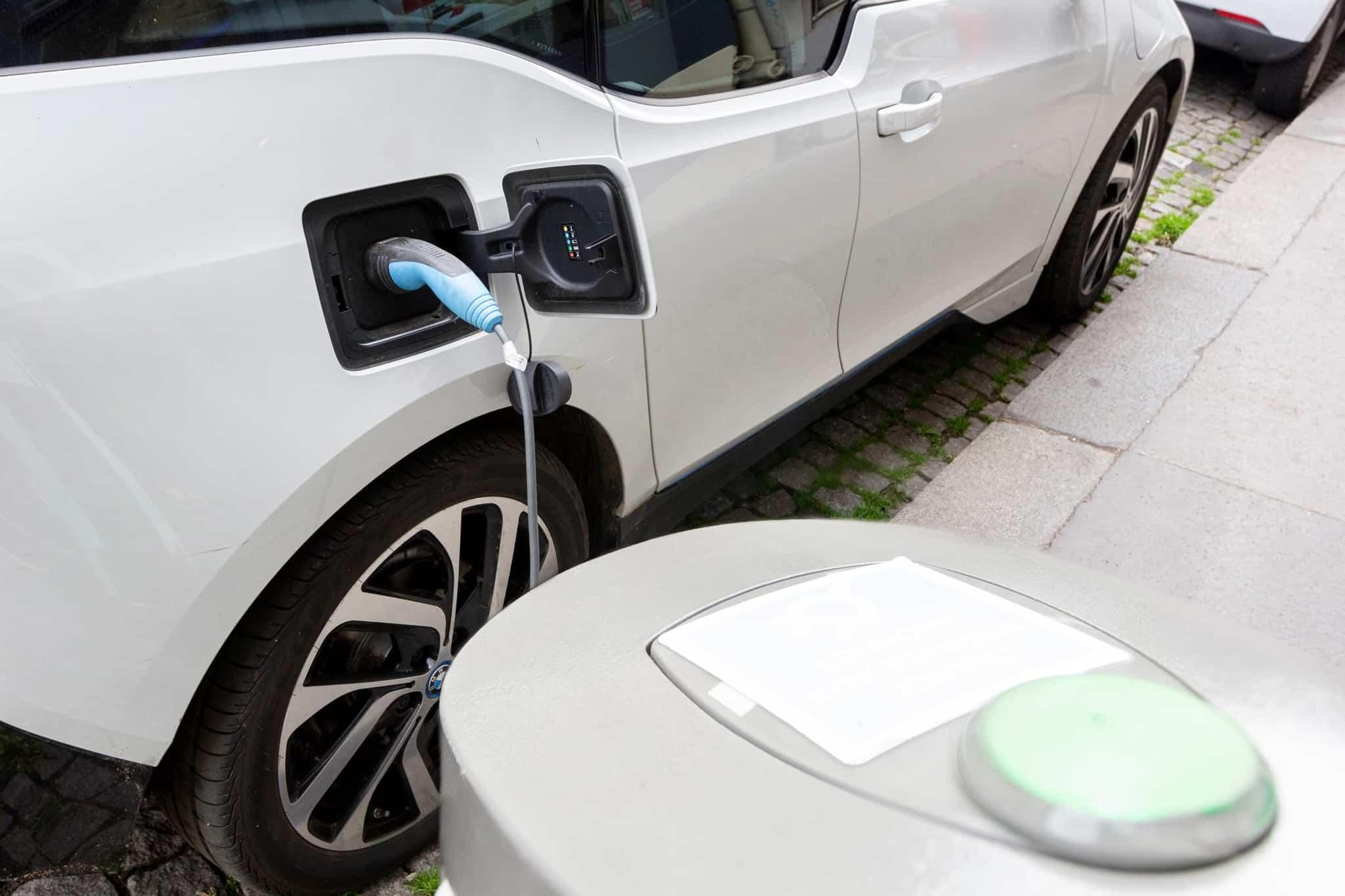 Carro eléctrico a ser carregado