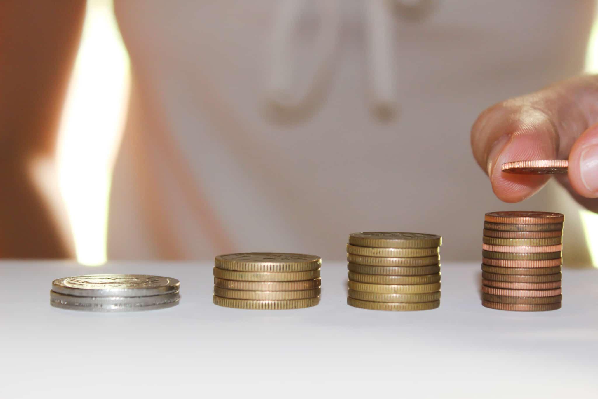 quatro montes de moedas