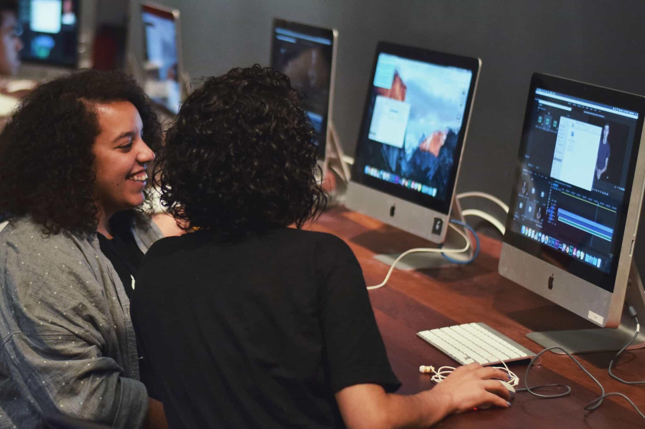 sala de formaçao com alunos no computador