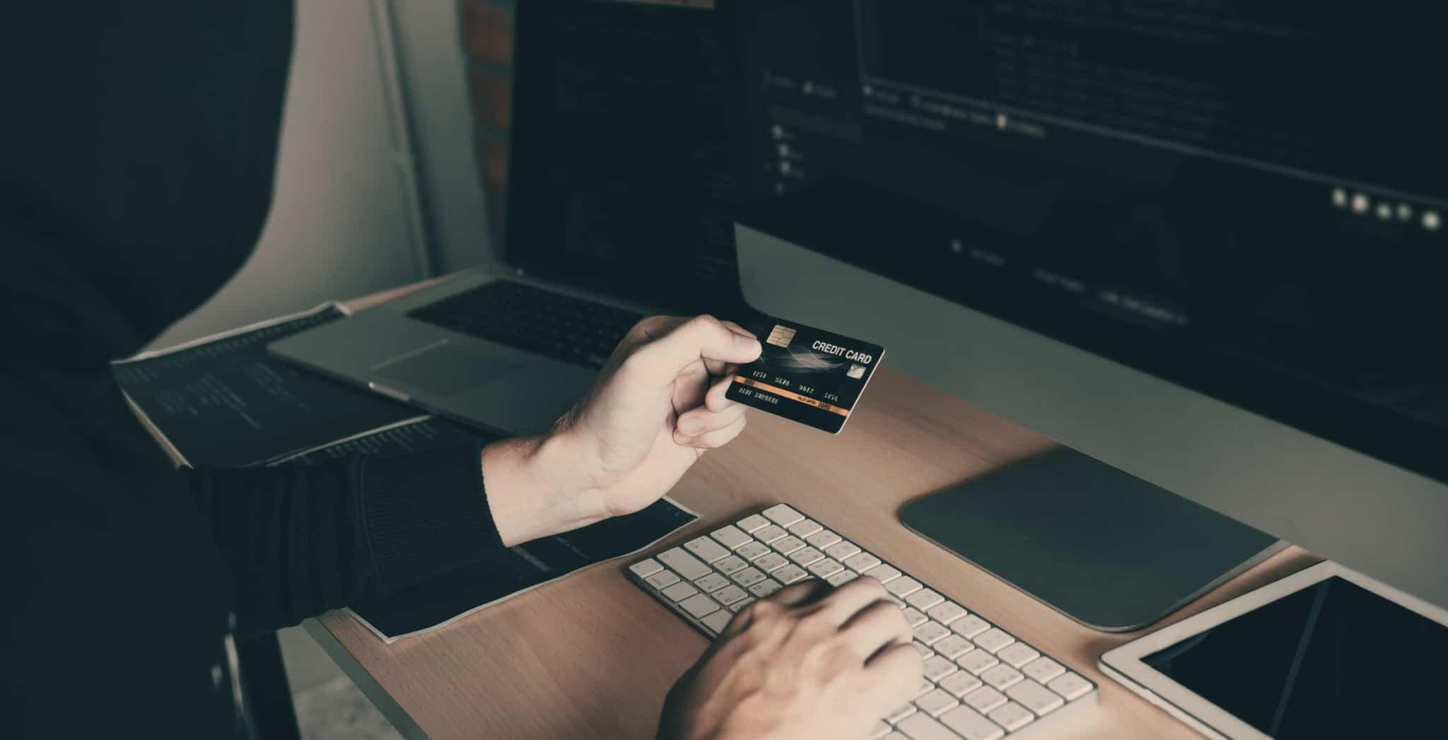homem a fazer copia de dados digitais num computador