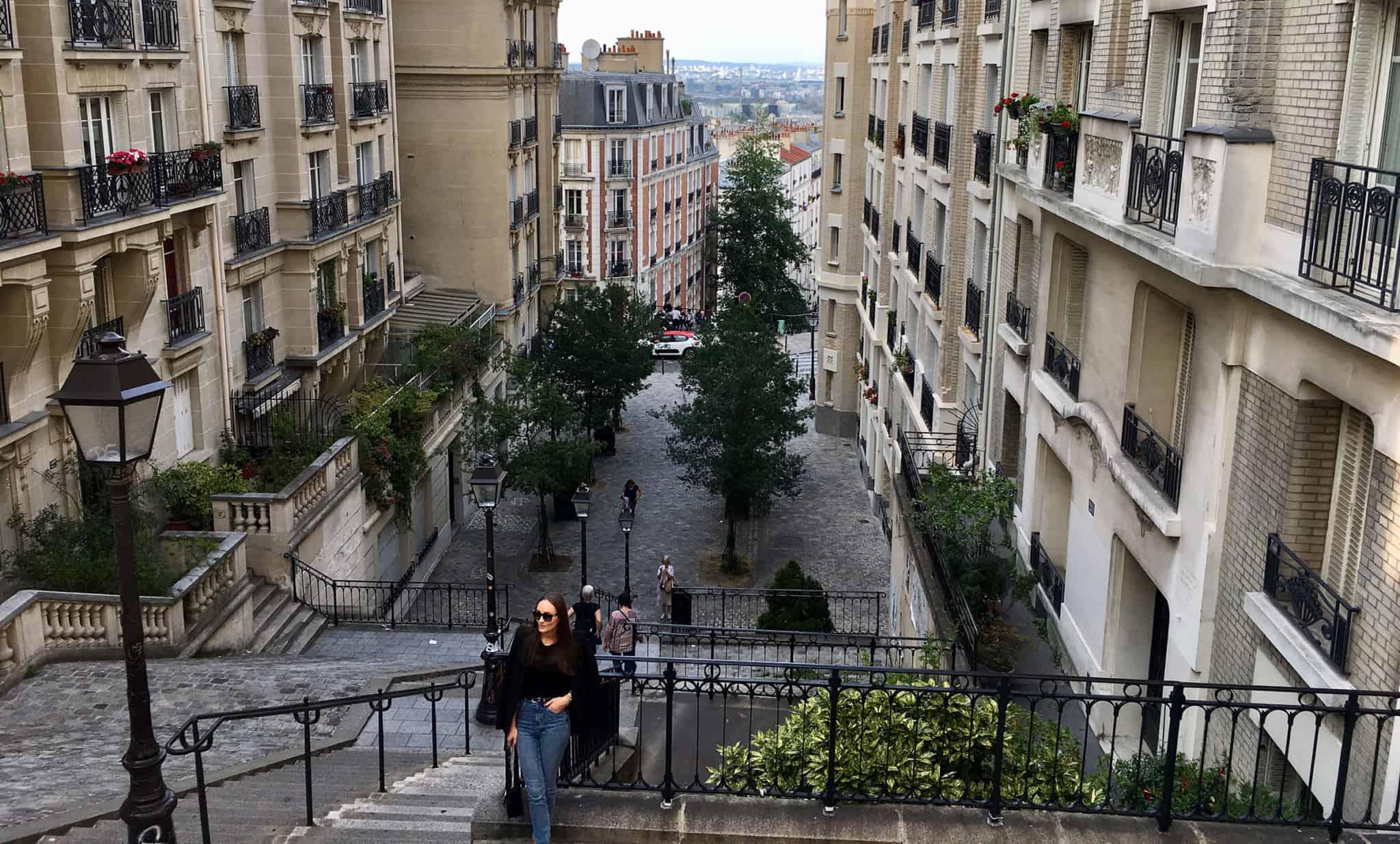 rua pedonal com predios e escadas