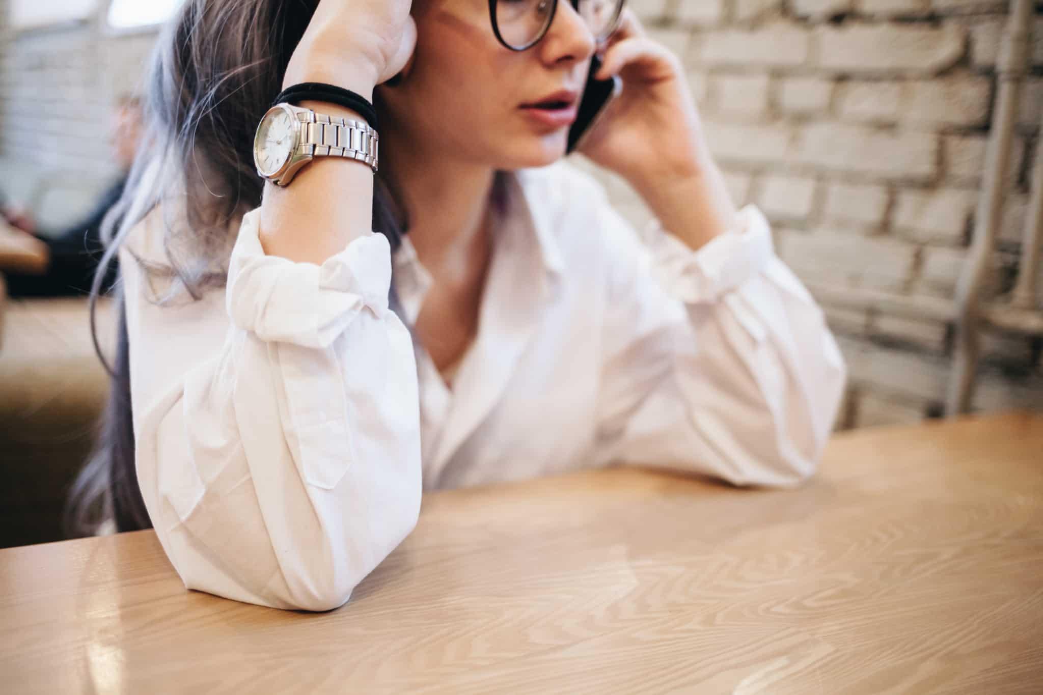 rapariga a falar ao telemóvel