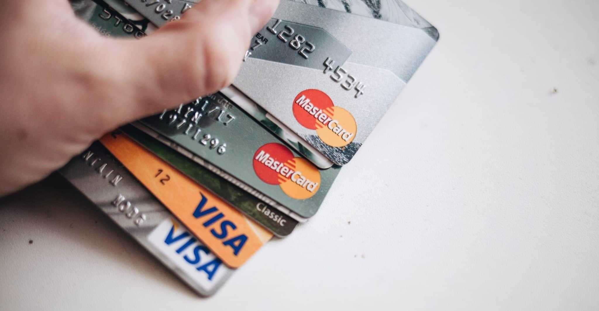 Mão cheia de cartões de crédito