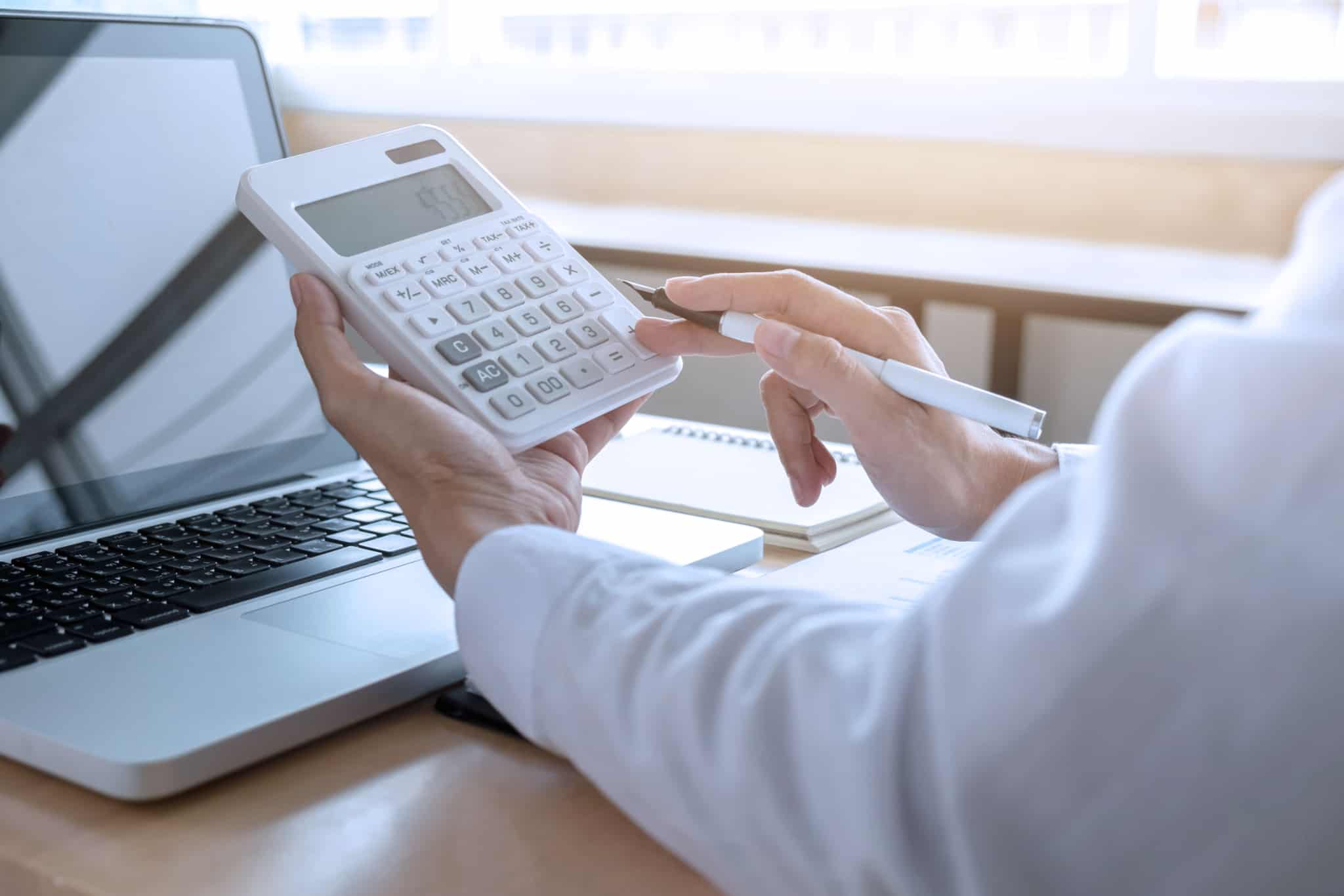 mulher-com-calculadora-na-mao-a-fazer-contabilidade
