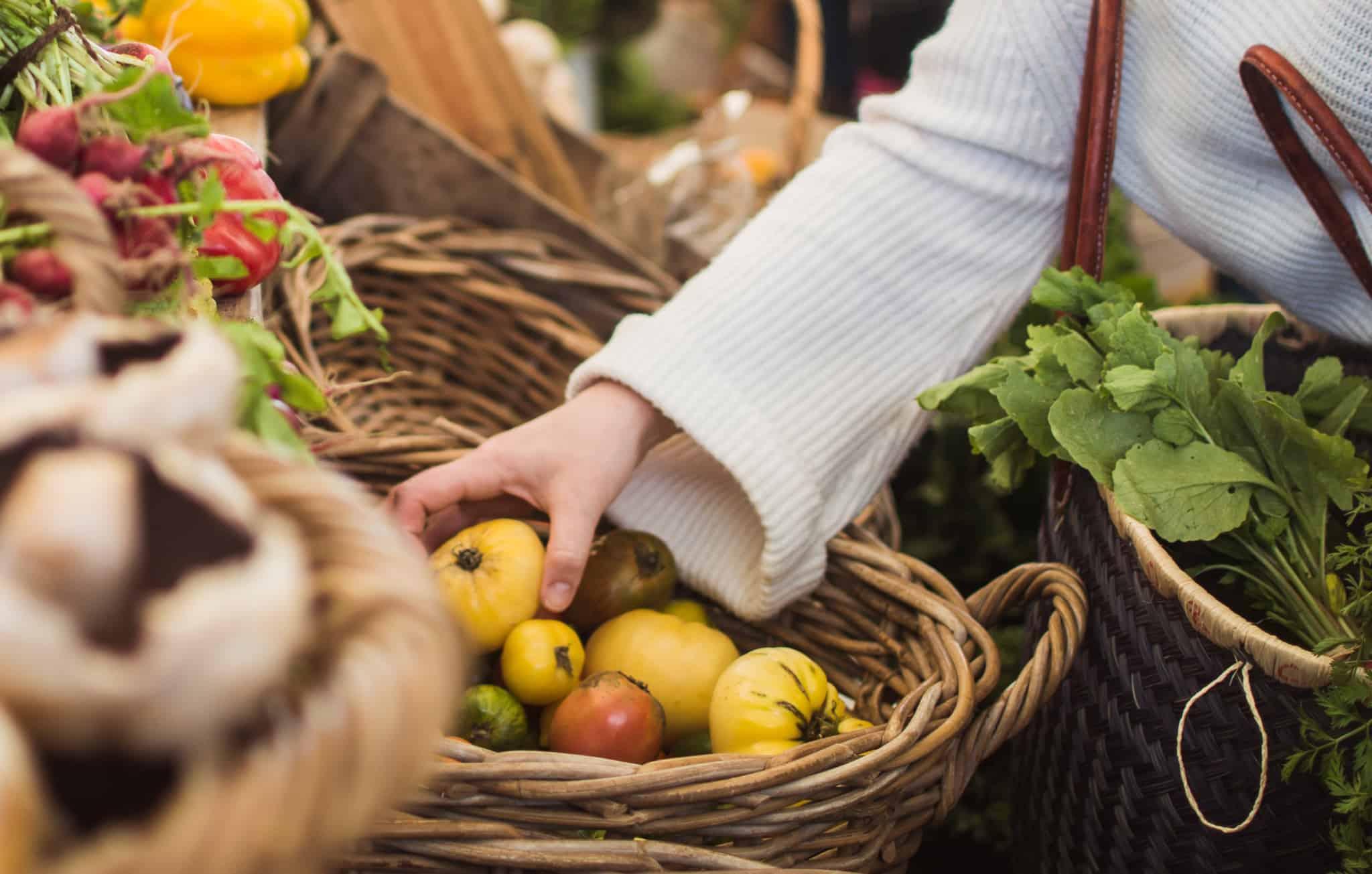 Doutor Finanças_Mulher a comprar vegetais num mercado