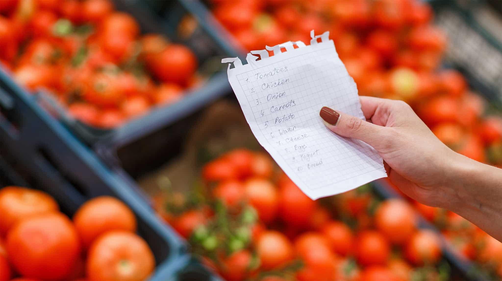 Mulher com uma lista de compras na mao