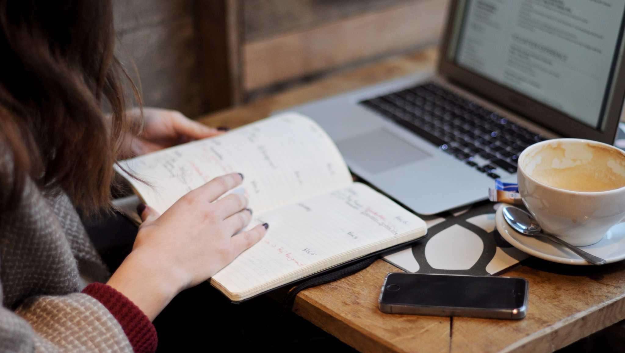 mulher a escrever no calendário