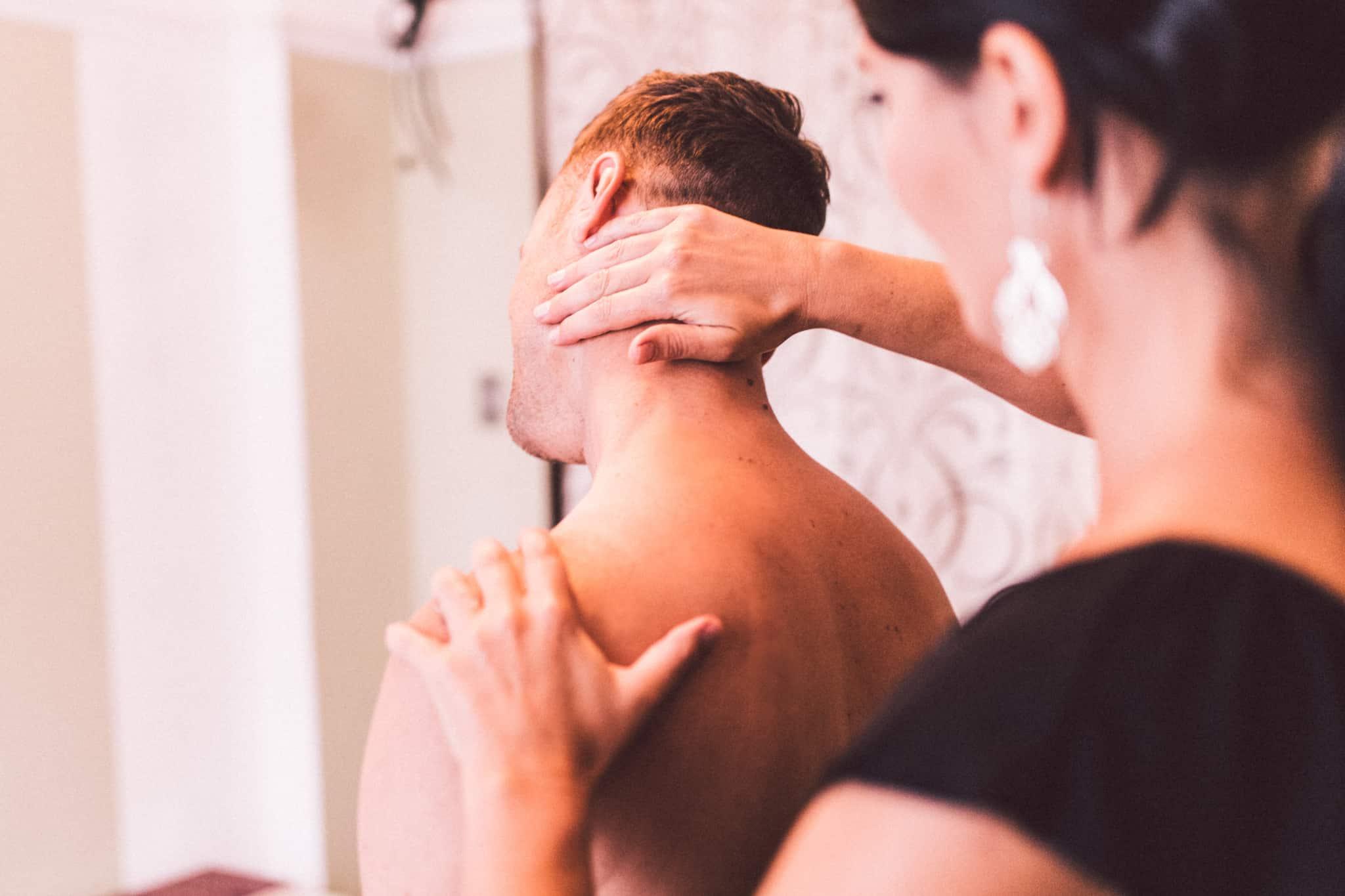 sessão de fisioterapia ao pescoço de um homem