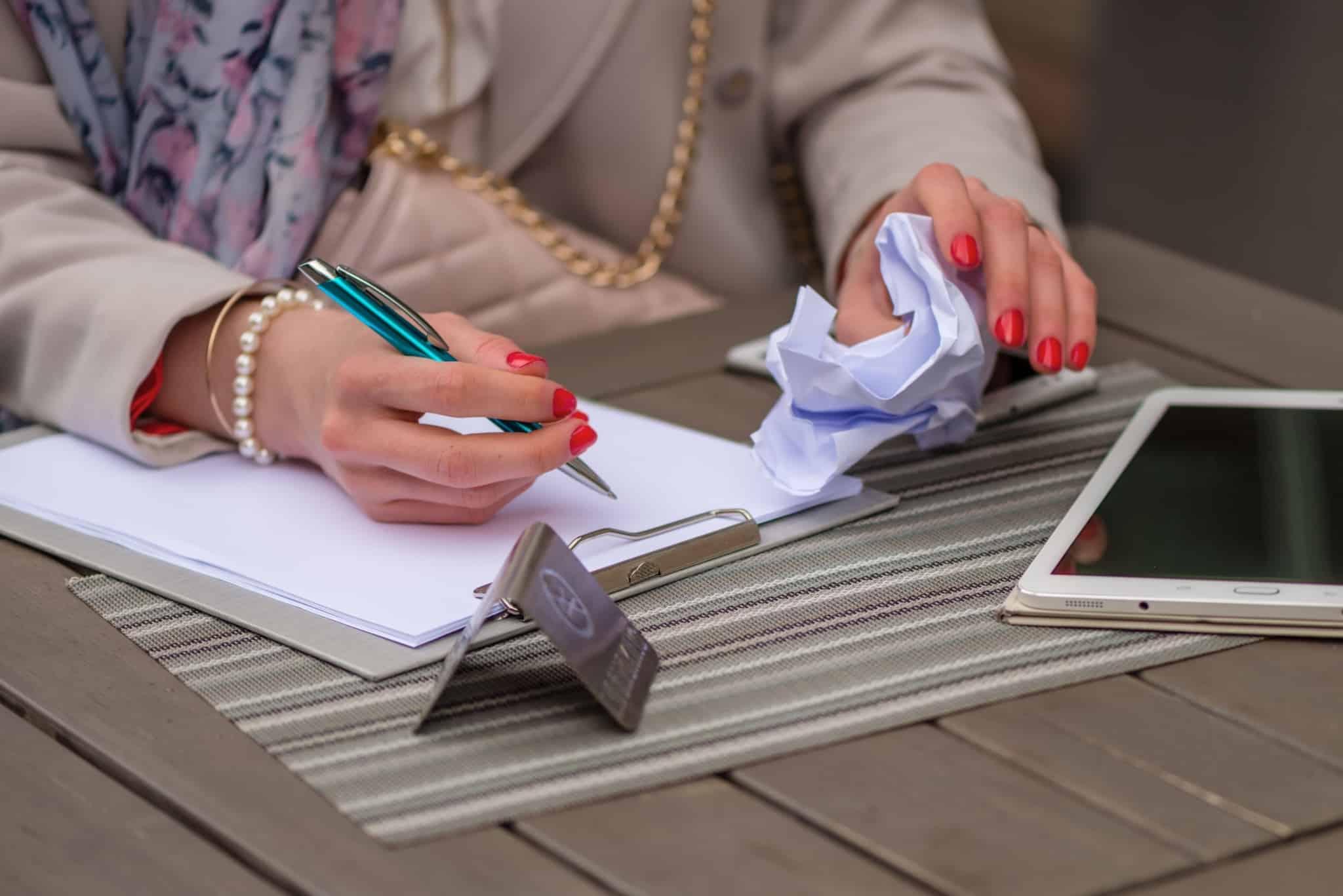 mulher aponta em folhas de papel