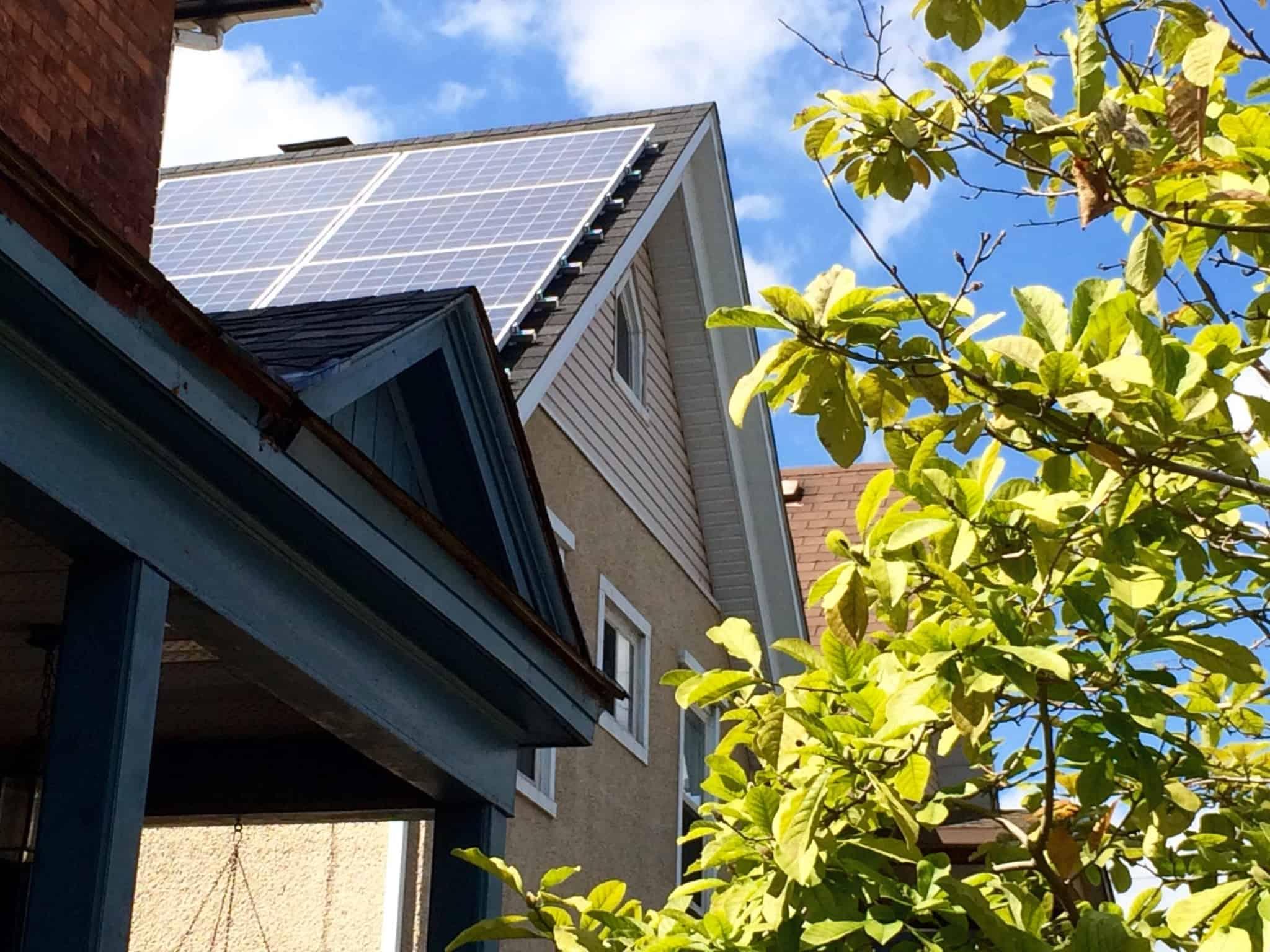 casa com telhado triangular