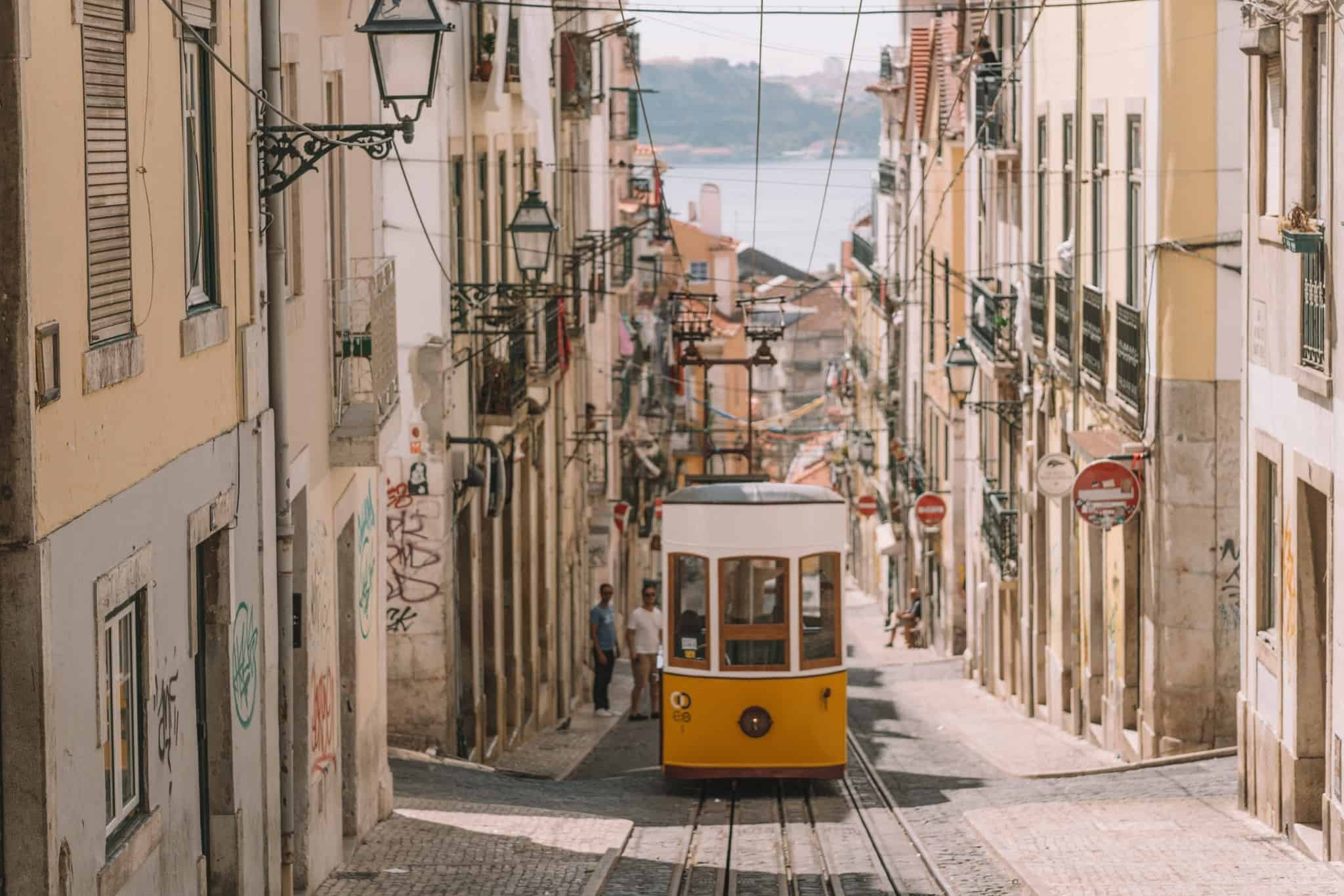 teleférico numa rua em Lisboa