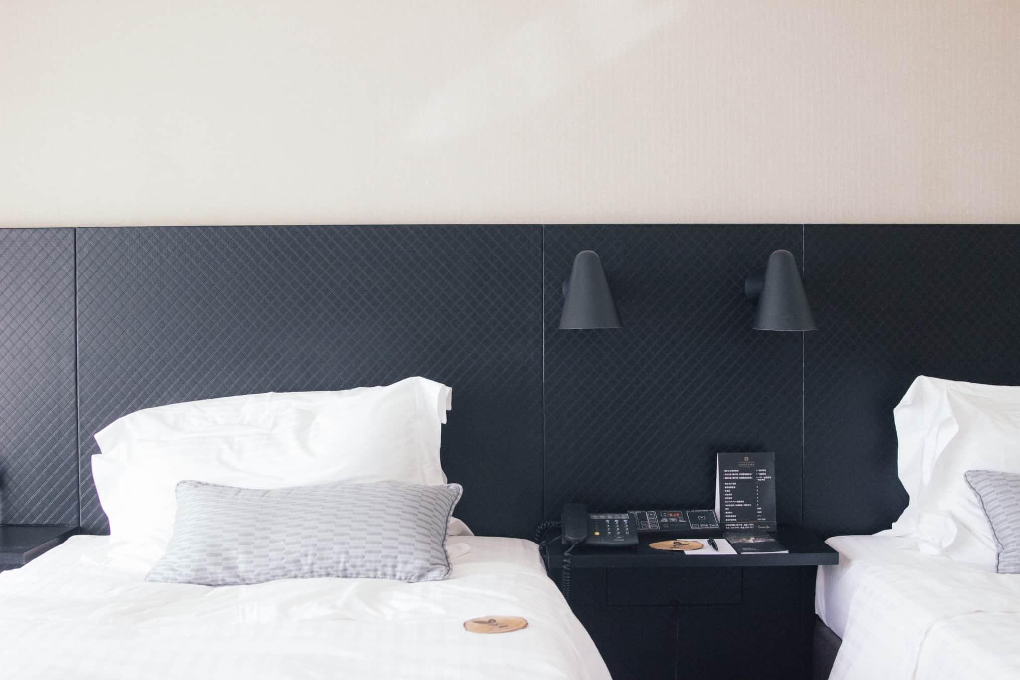 quarto de hotel com duas camas separadas