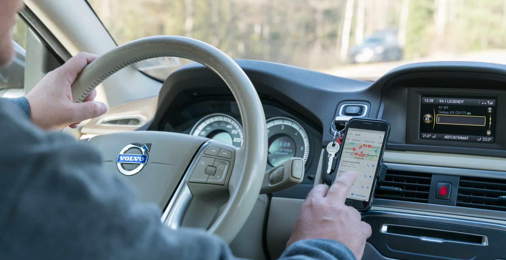 Automobilista a usar o telemovel enquanto conduz