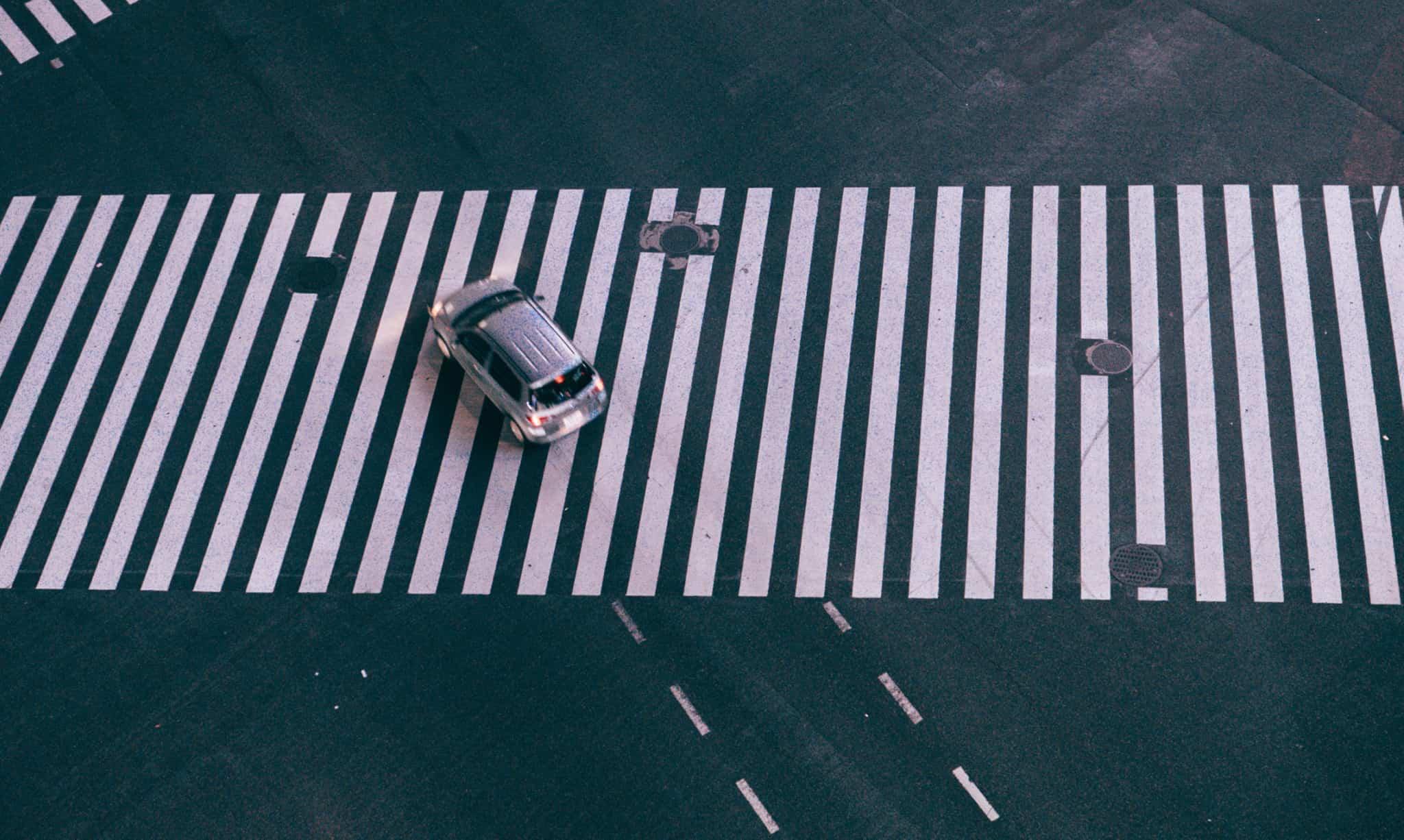 Carro em cima de uma passadeira