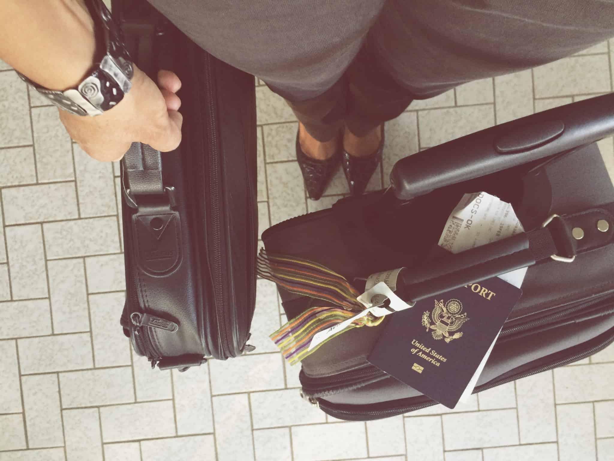 mala de viagem com passaporte em cima