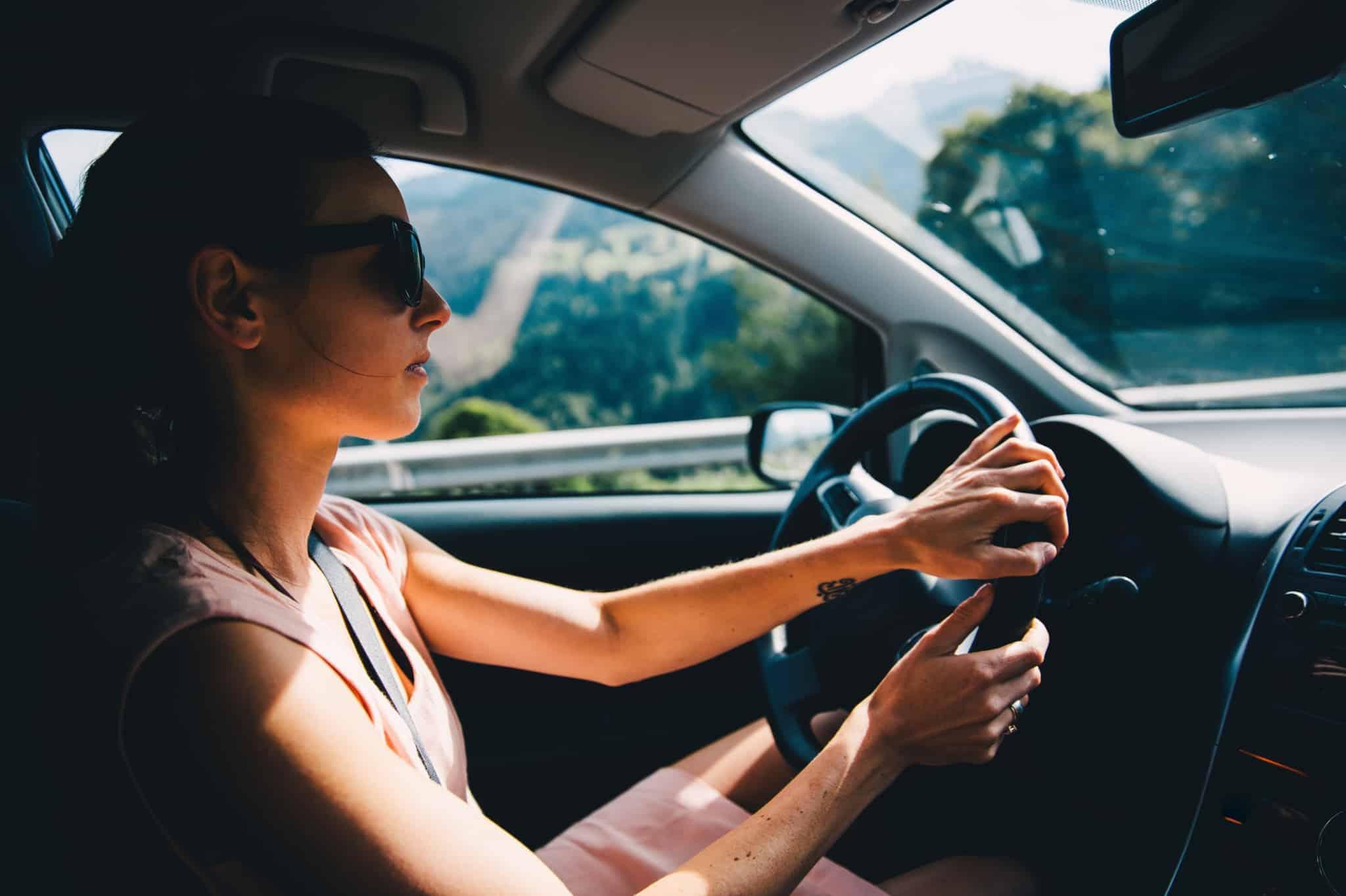 mulher a conduzir um carro