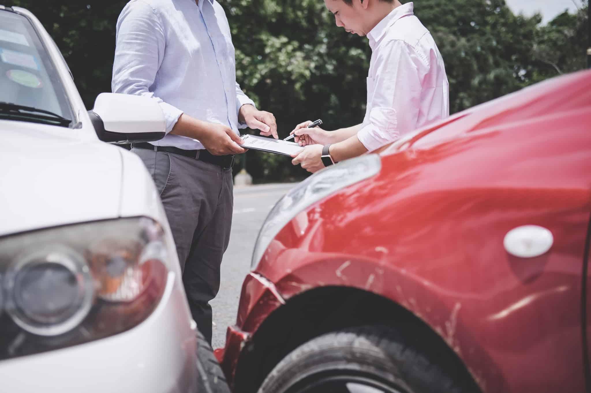 pessoa assina declaraçao amigavel apos acidente de automovel