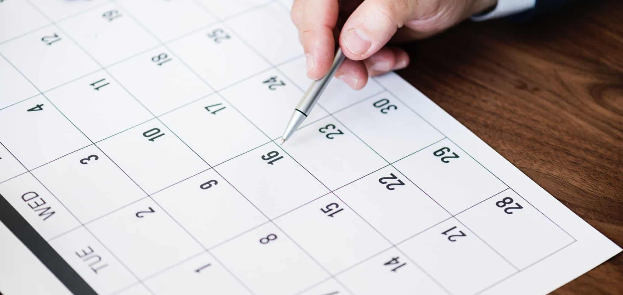 homem a marcar no calendário finanças pessoais
