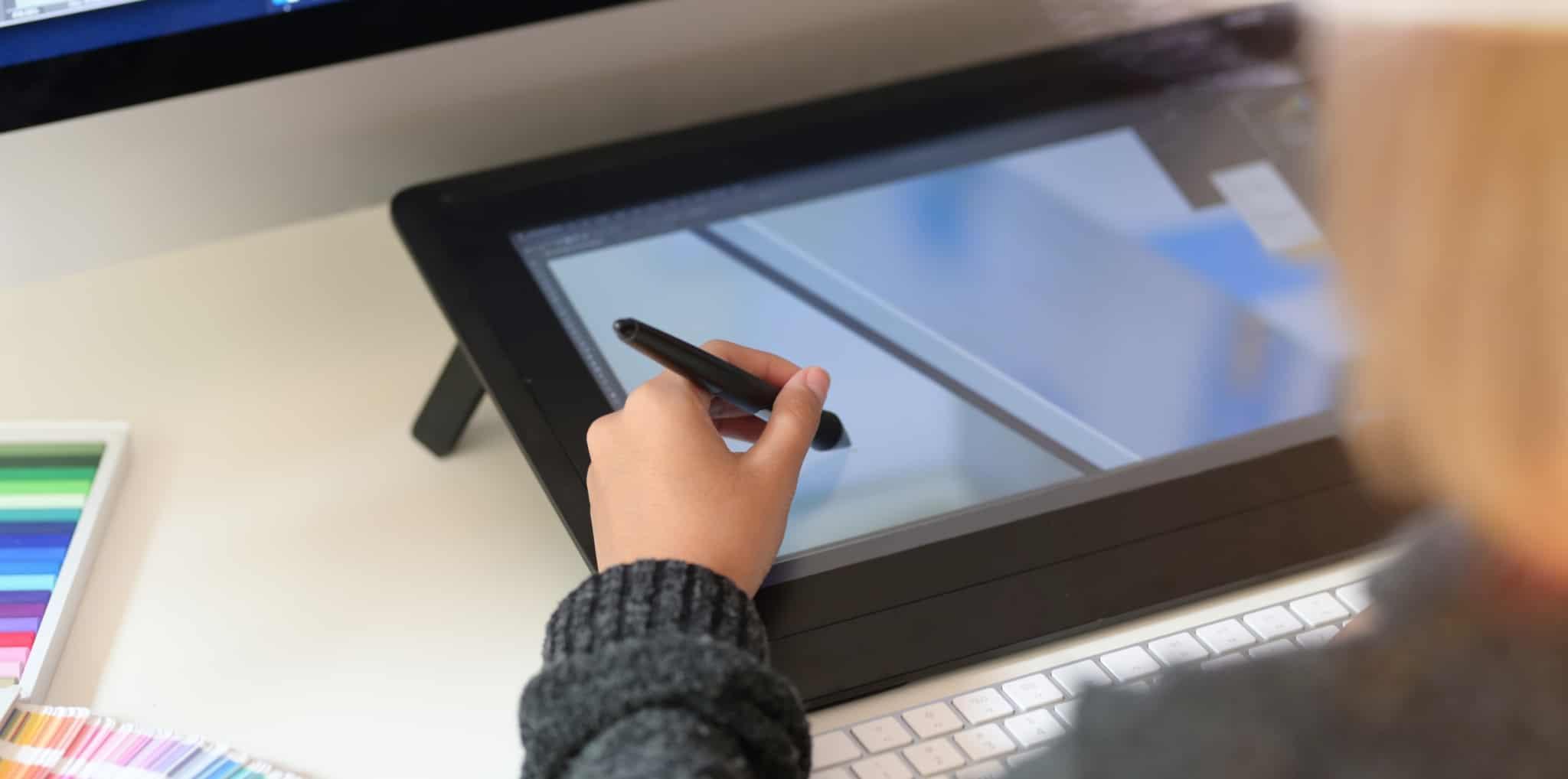 designer grafico a desenhar com caneta
