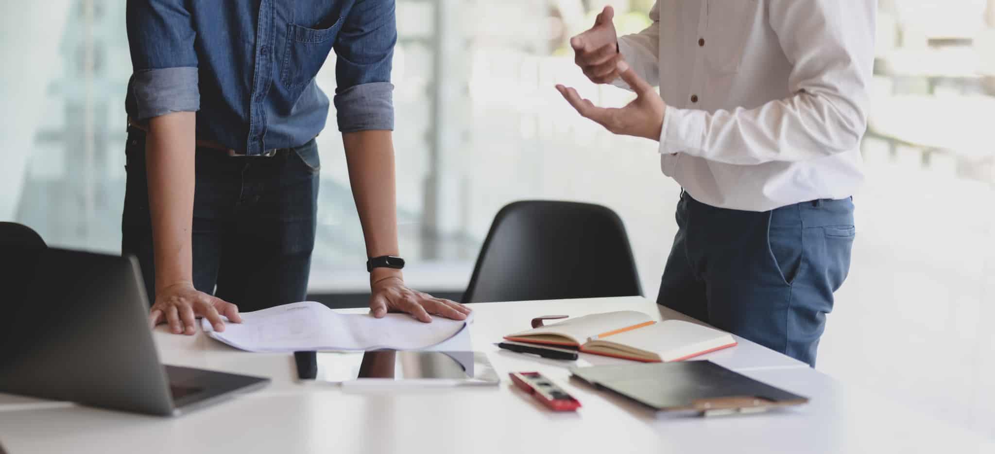 sócios-de-empresa-a-debater-ideias-numa-mesa-de-escritorio