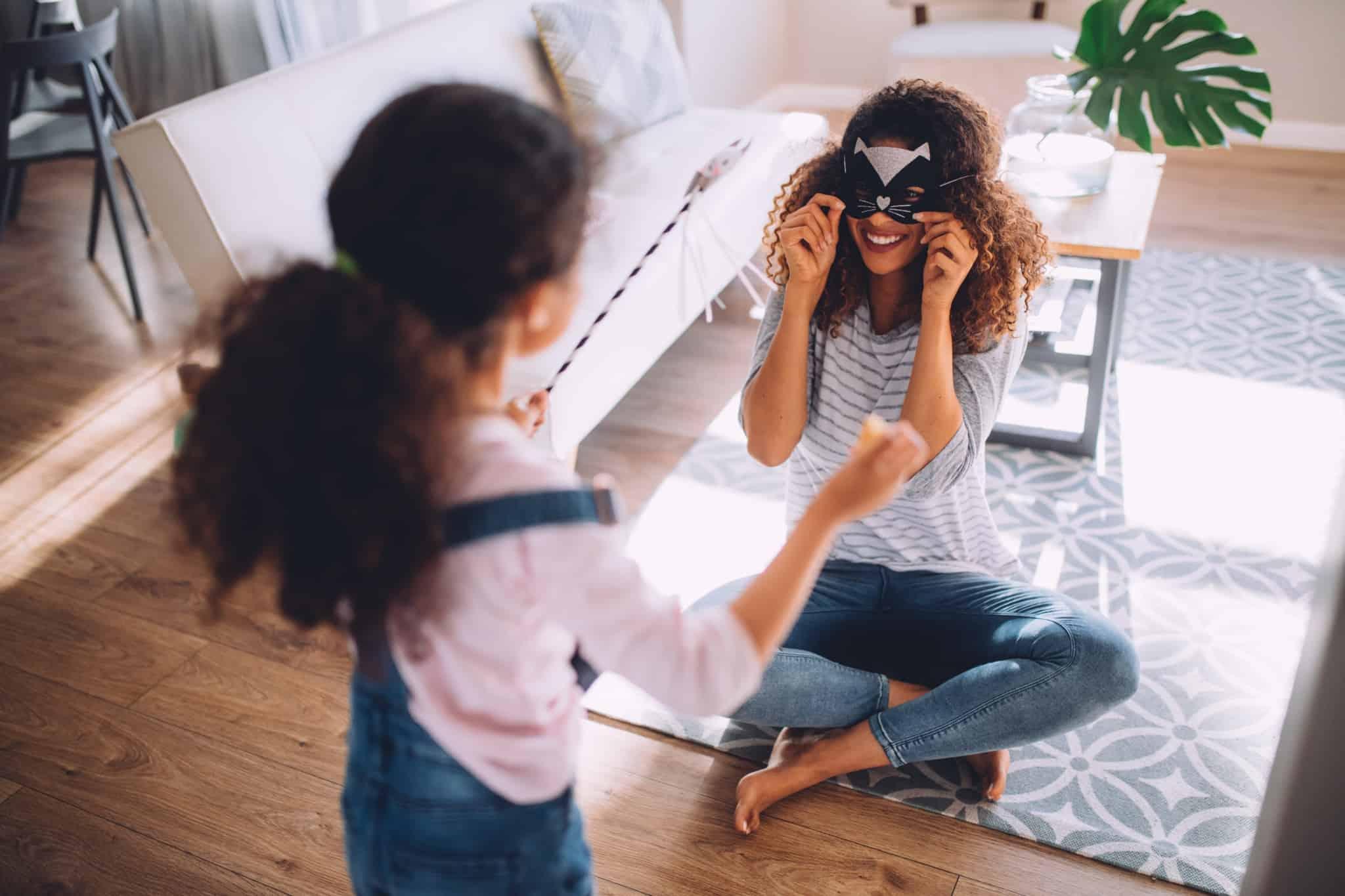 mae e filha a brincar com mascaras