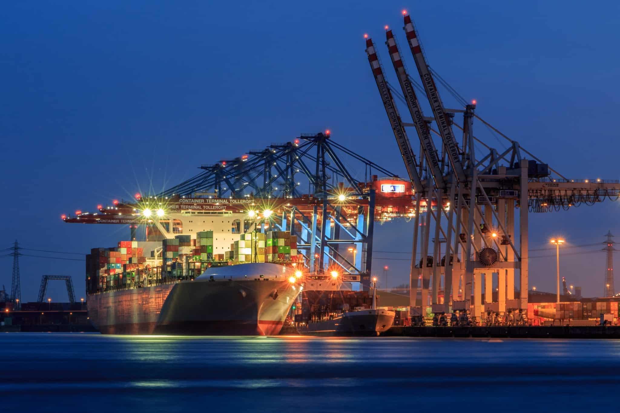 porto de navios à noite