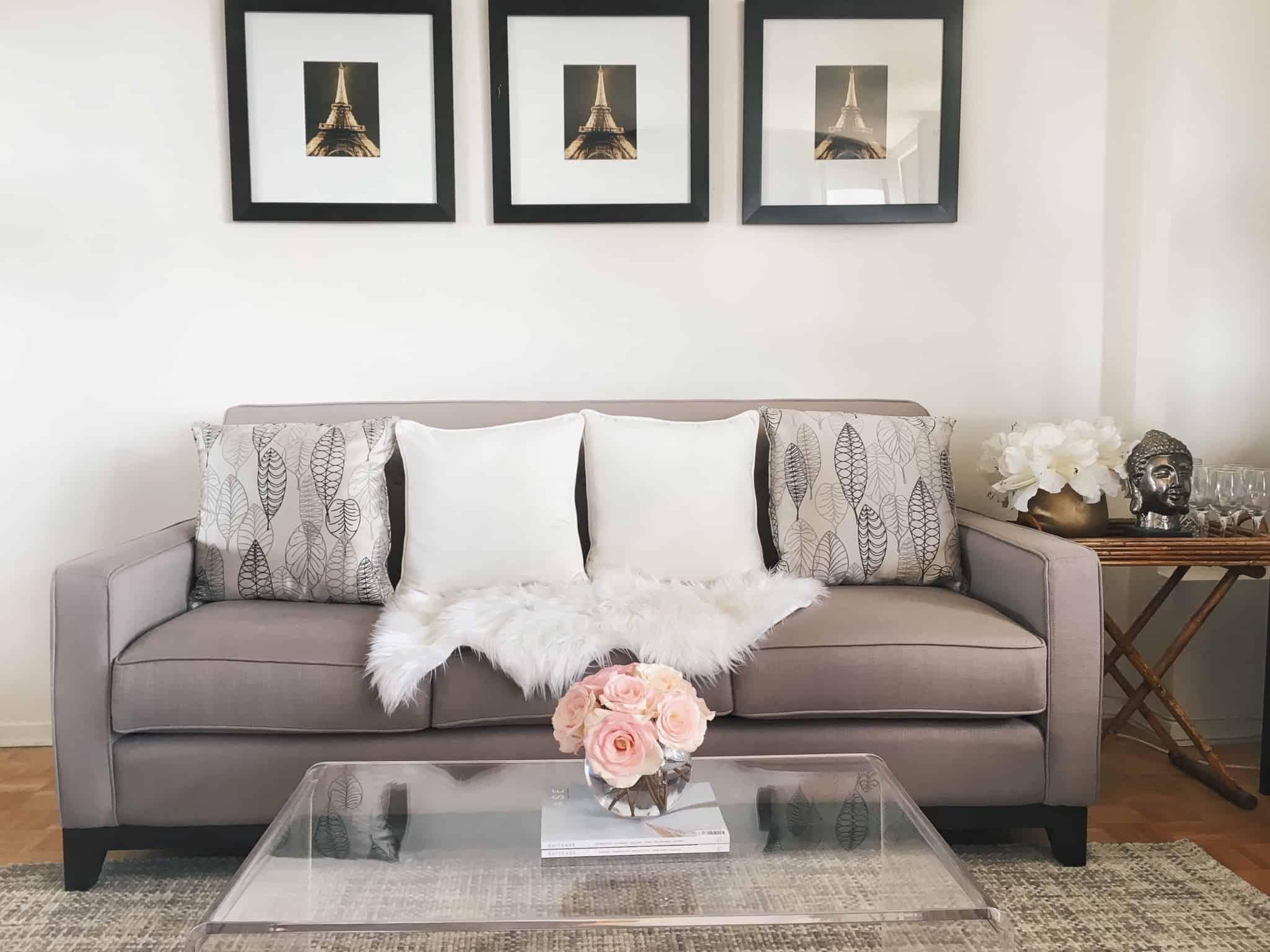sofa beje com almofadas brancas