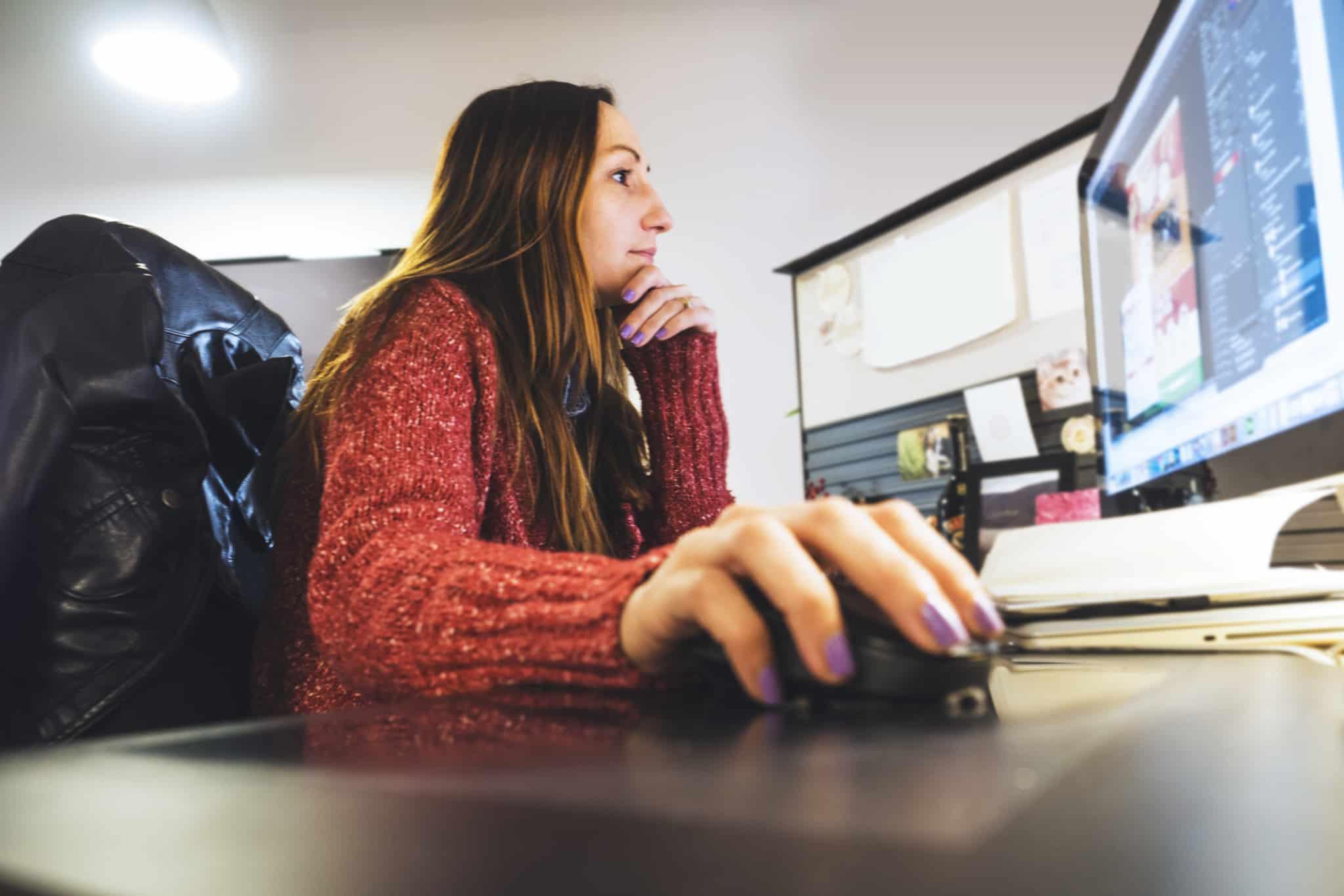 rapariga a mexer no computador