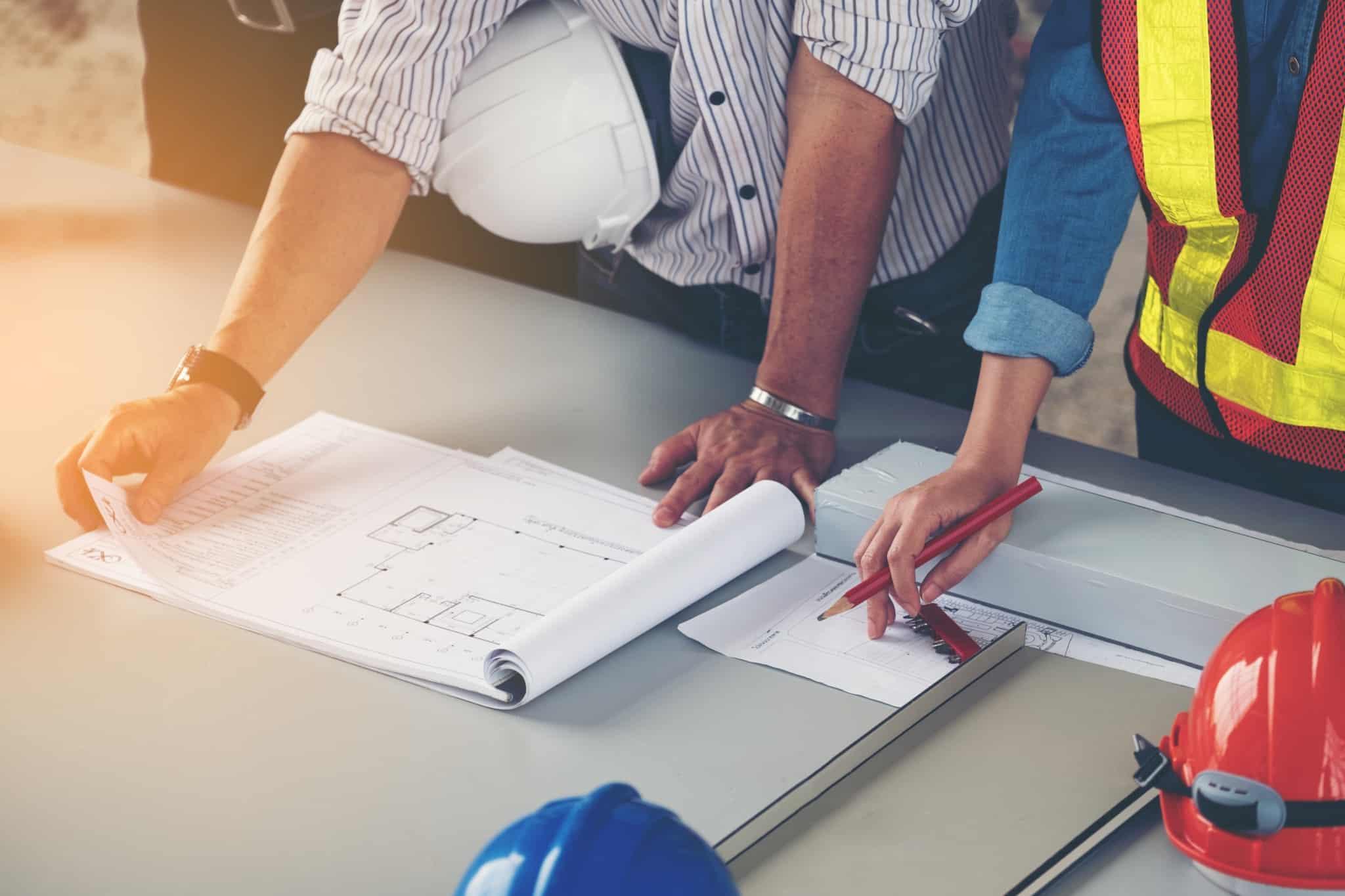 engenheiro e arquiteto a olhar para planta de casa