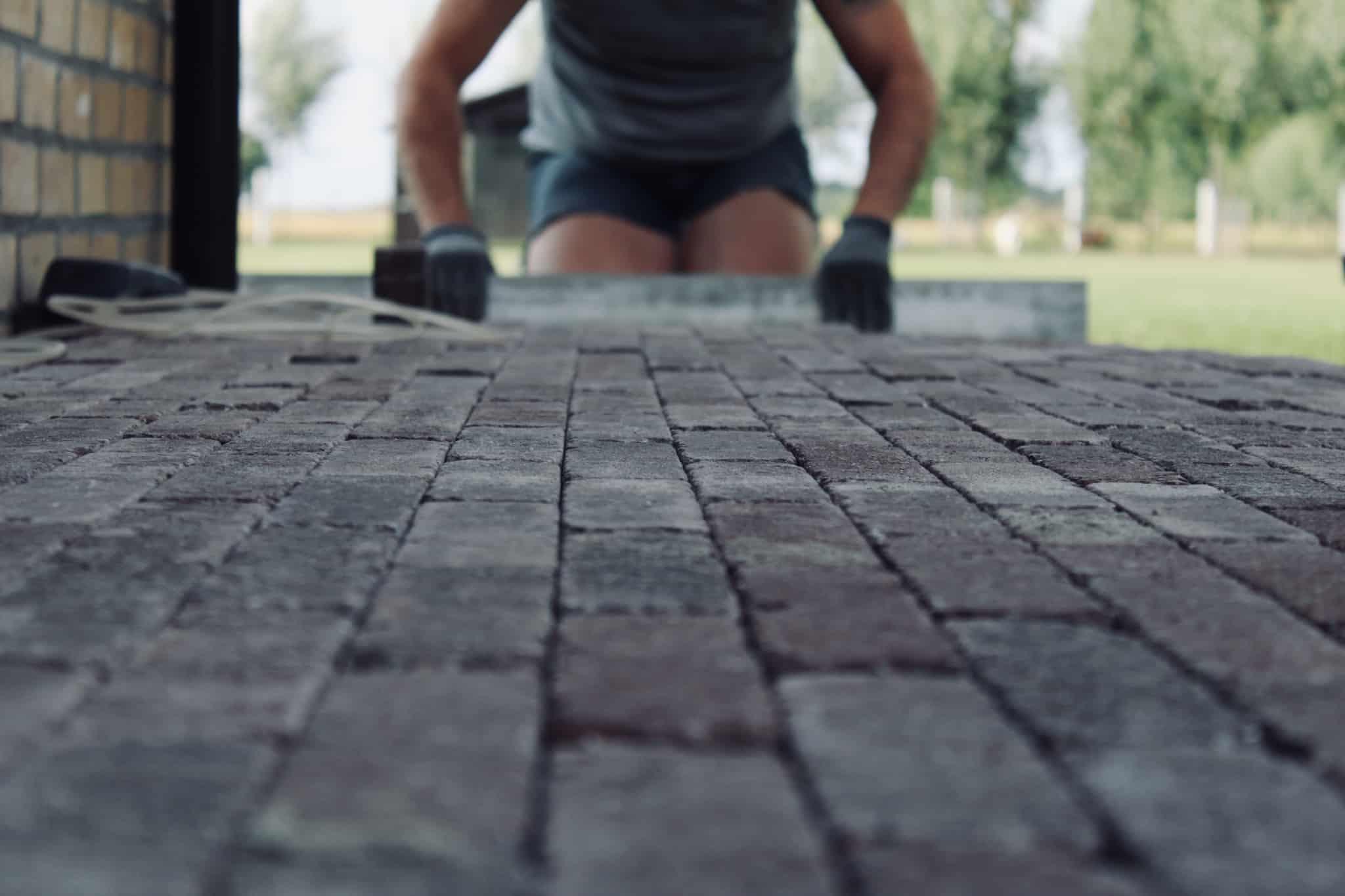 construçao de um chão de tijolos