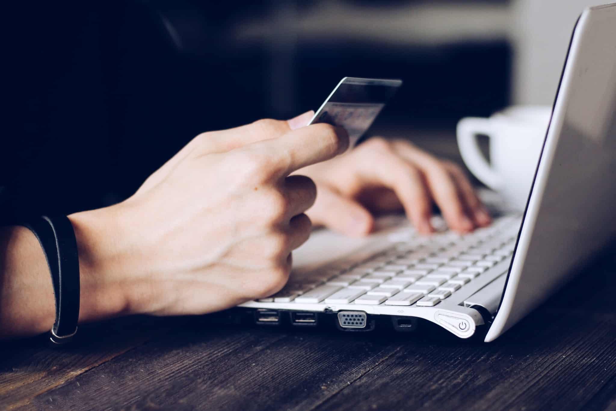 segurar cartao de credito e estar no computador