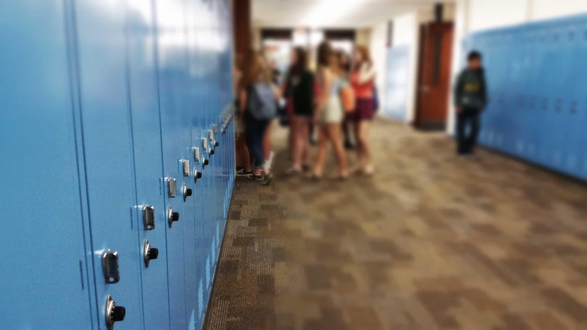 corredor de uma escola com cacifos azuis