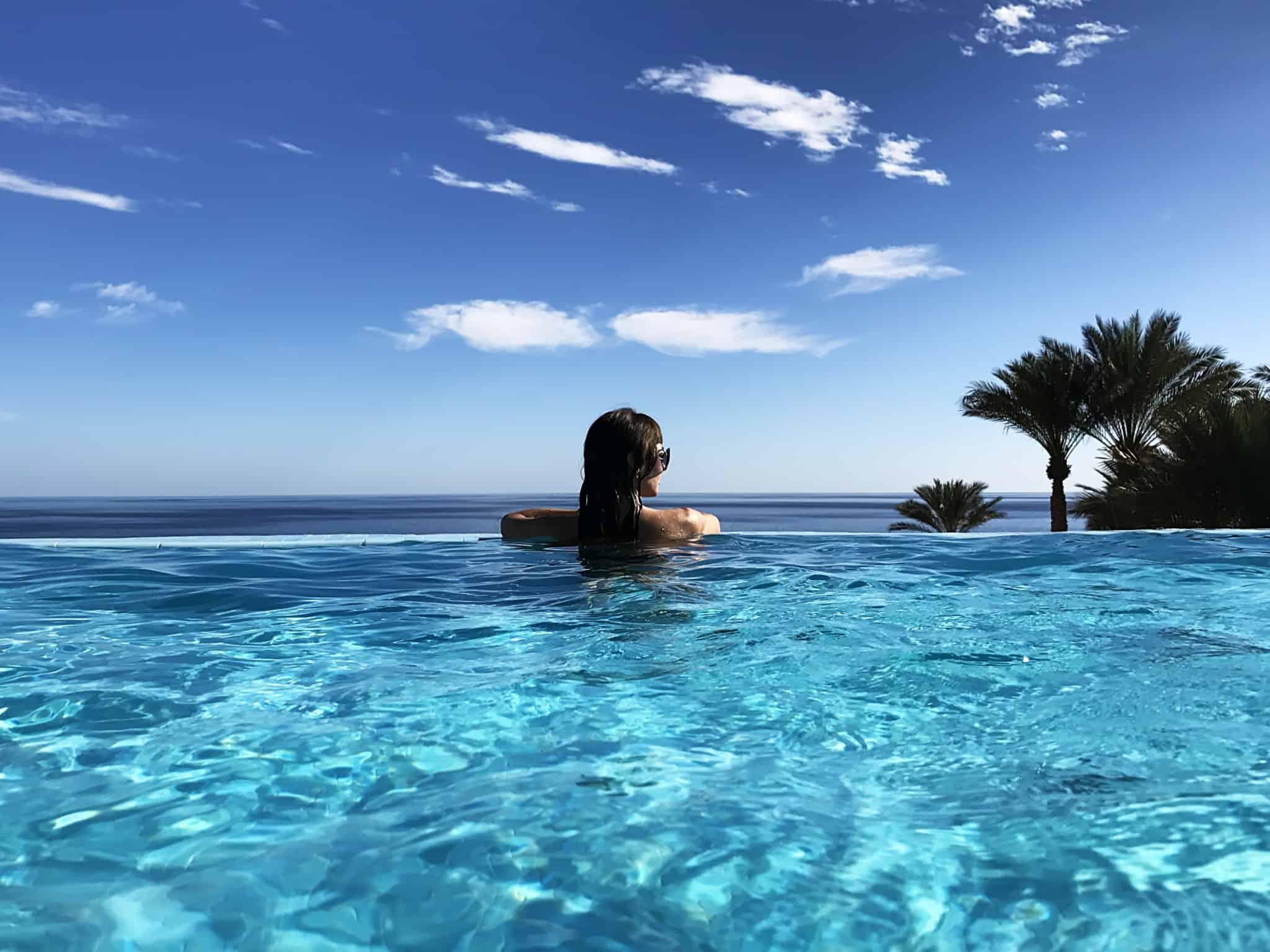 rapariga em piscina num paraíso tropical