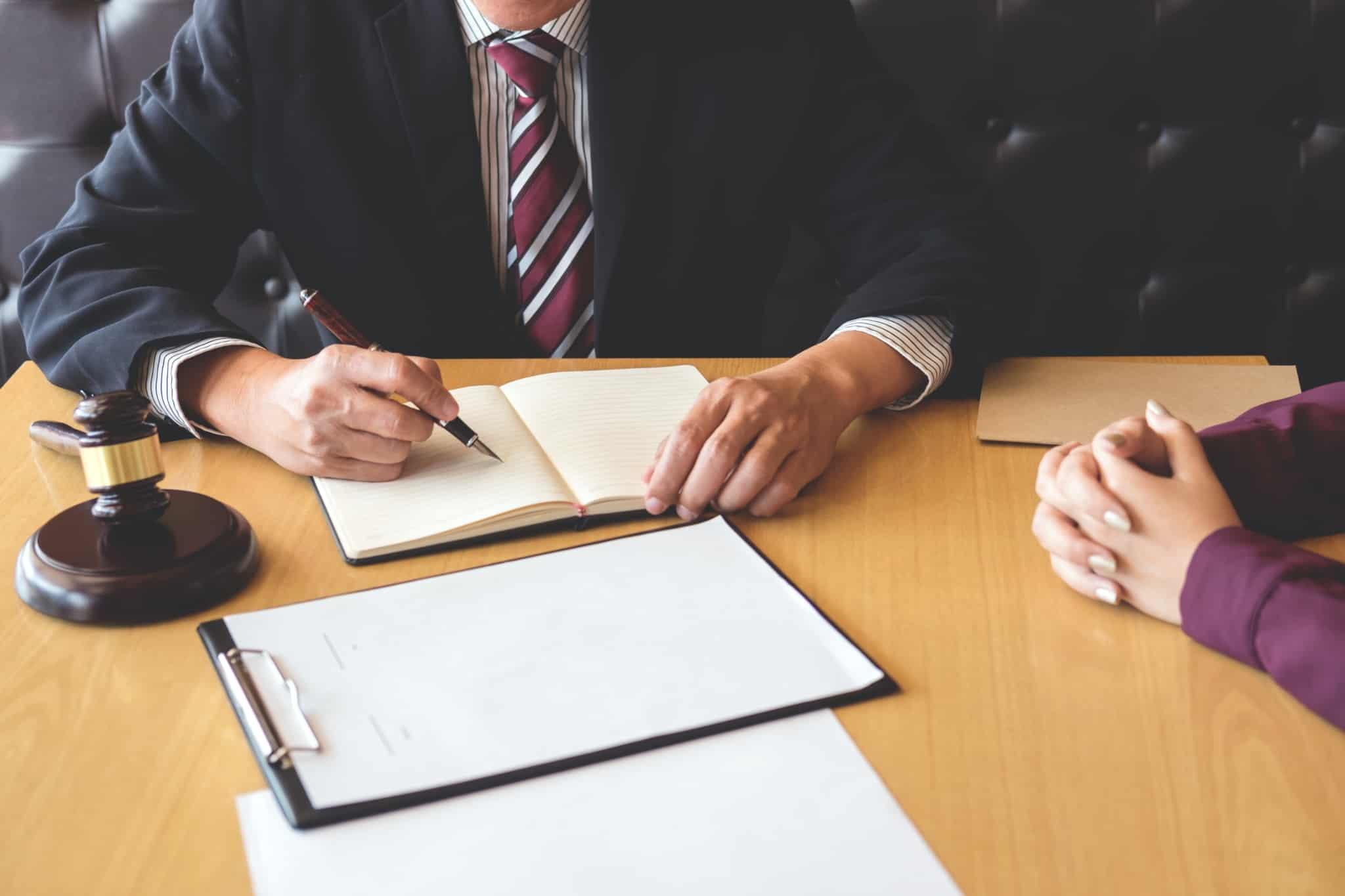 advogado a escrever bloco de notas