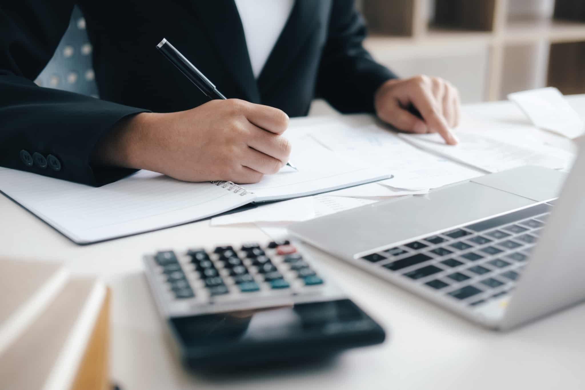 contabilizaçao em papel com uma calculadora ao lado