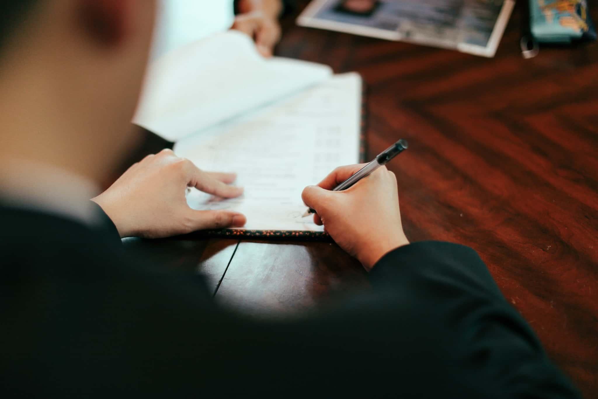 assinar papeis de um contrato
