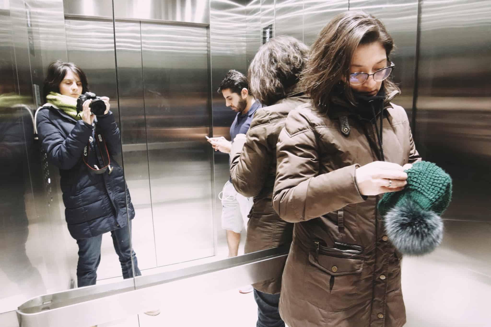 pessoas dentro do elevador