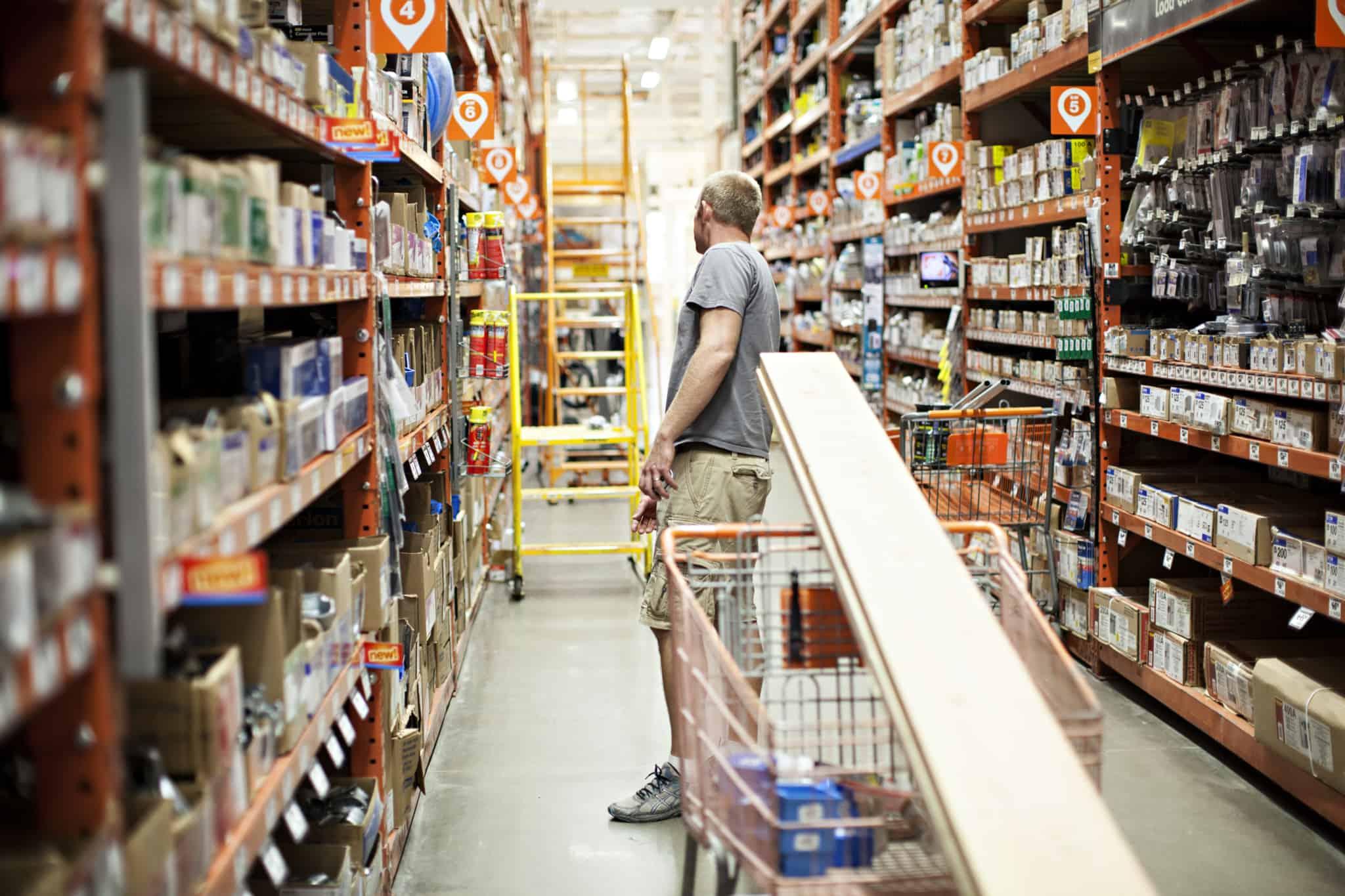 homem numa loja de ferramentas