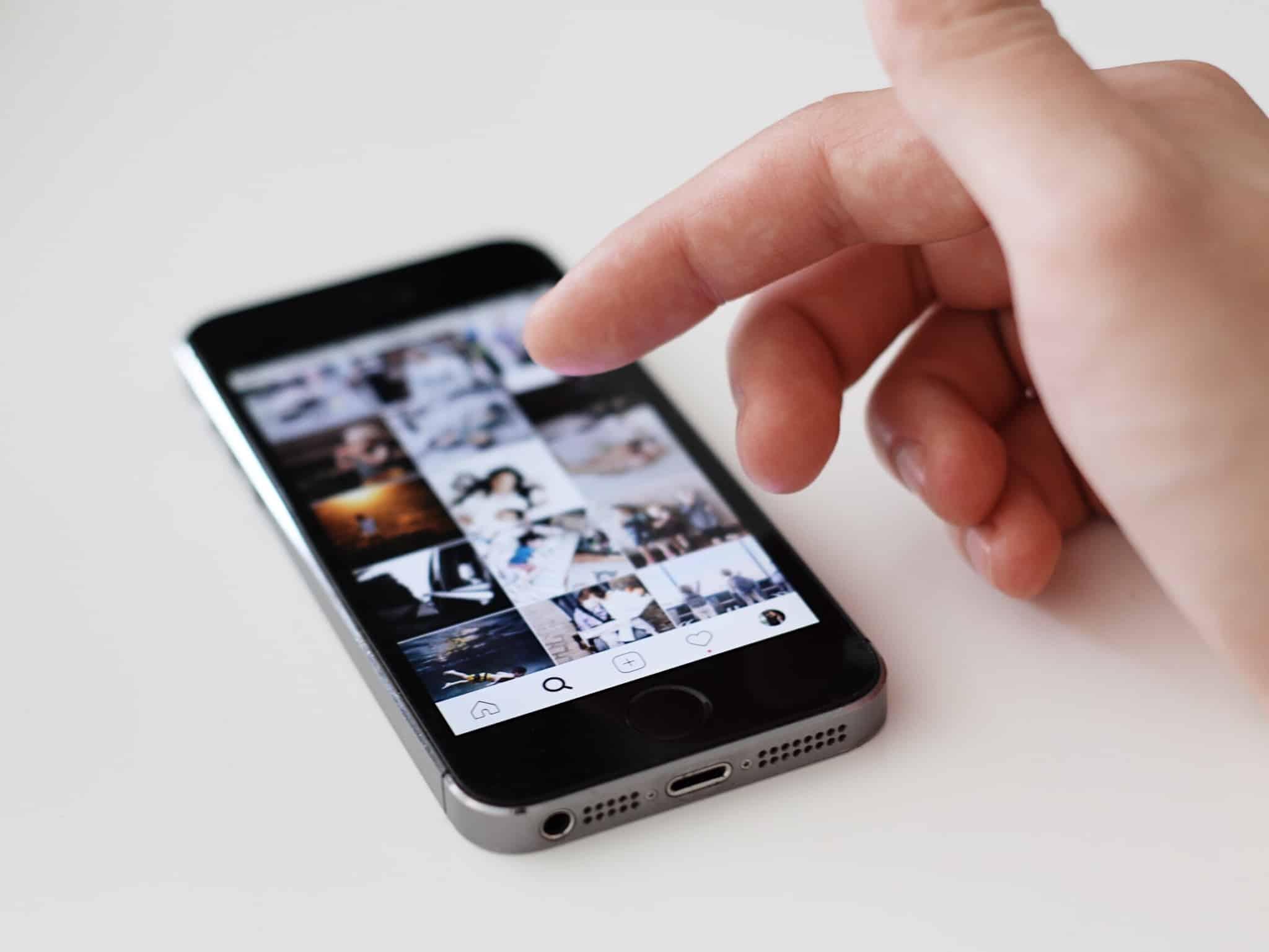 pessoa a mexer em imagens num iphone4