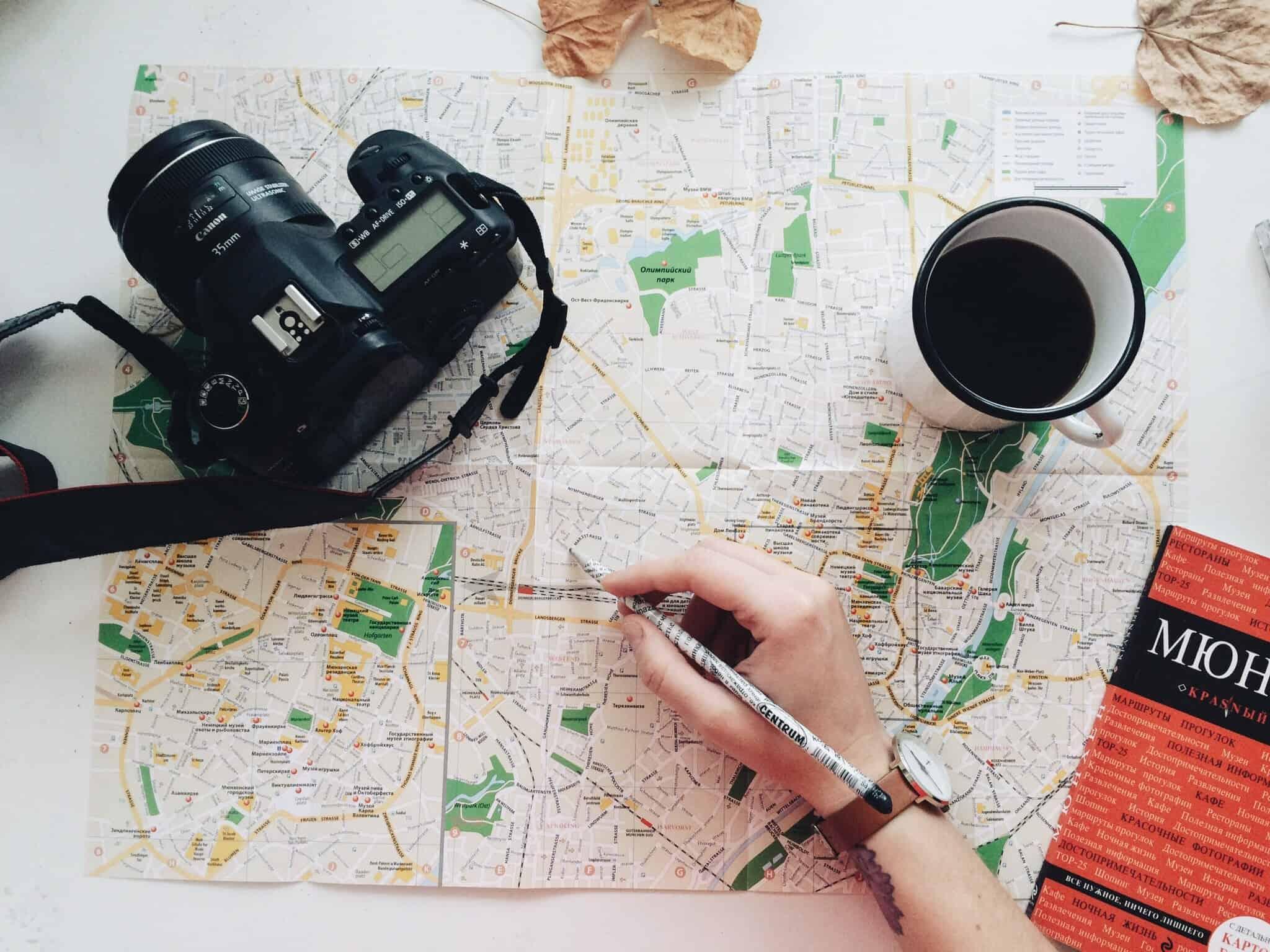pessoa com um lapis a ver um mapa de uma cidade