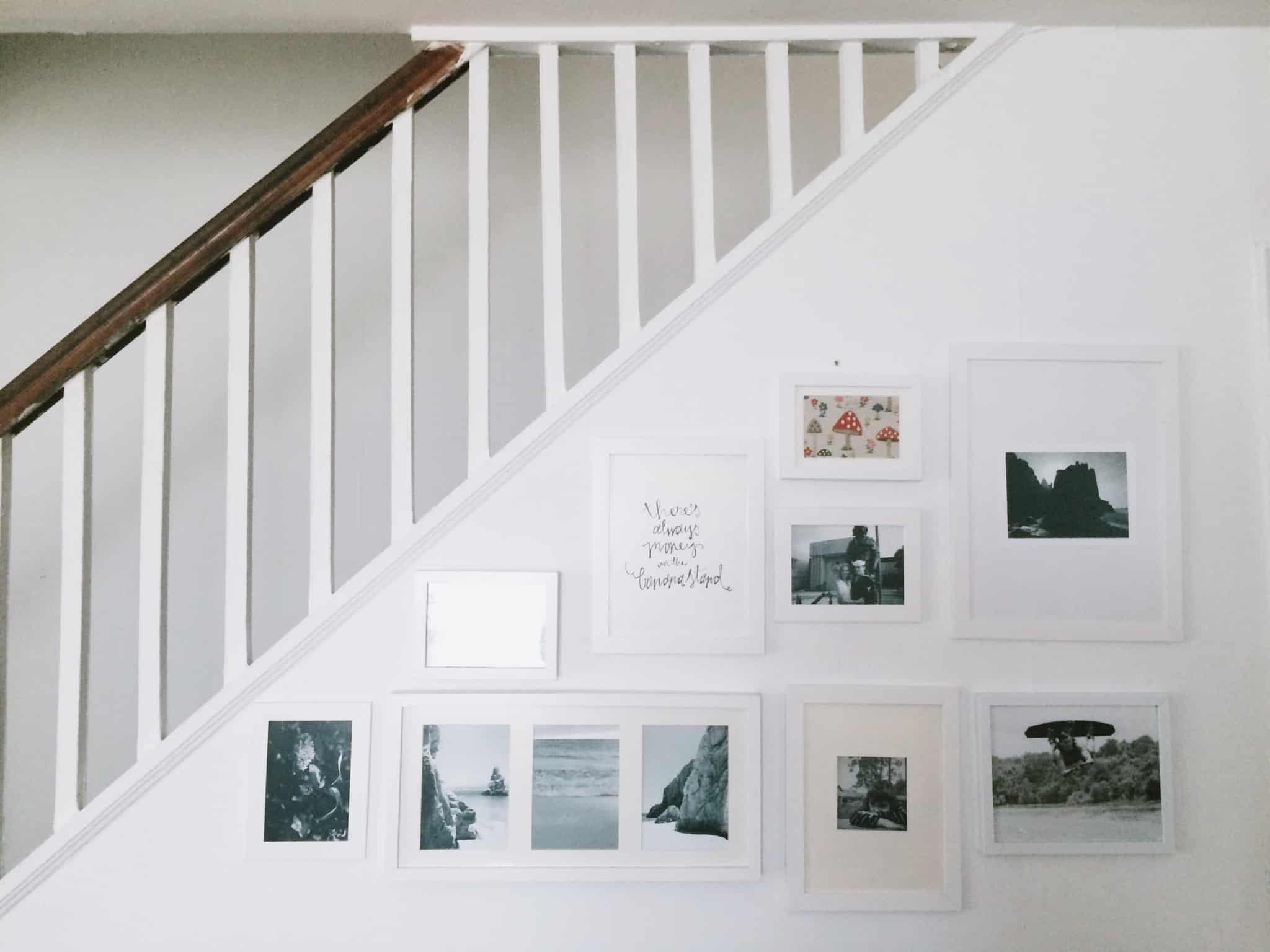 escadas a subir com parede com molduras