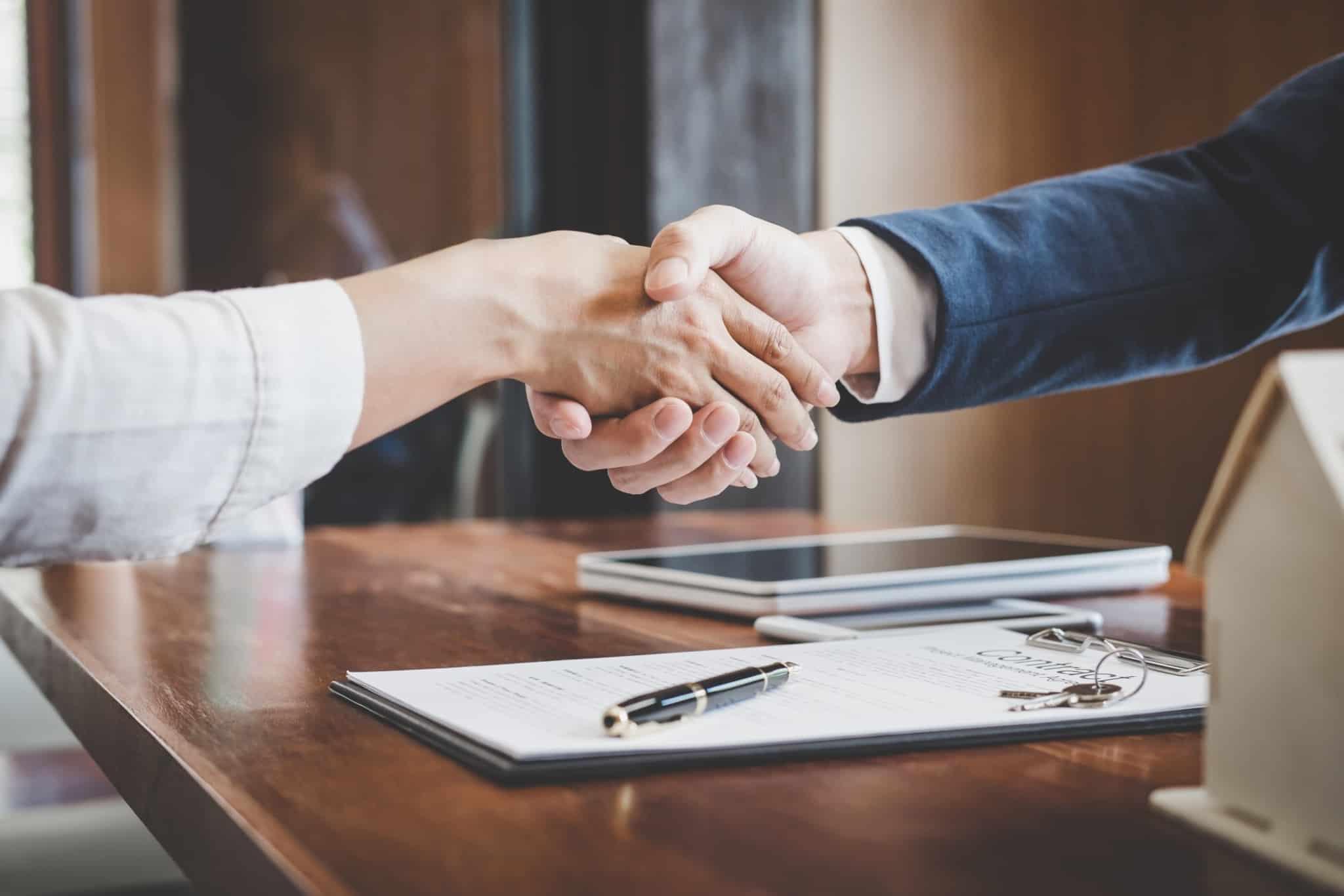 aperto de mão com a assinatura de um contrato