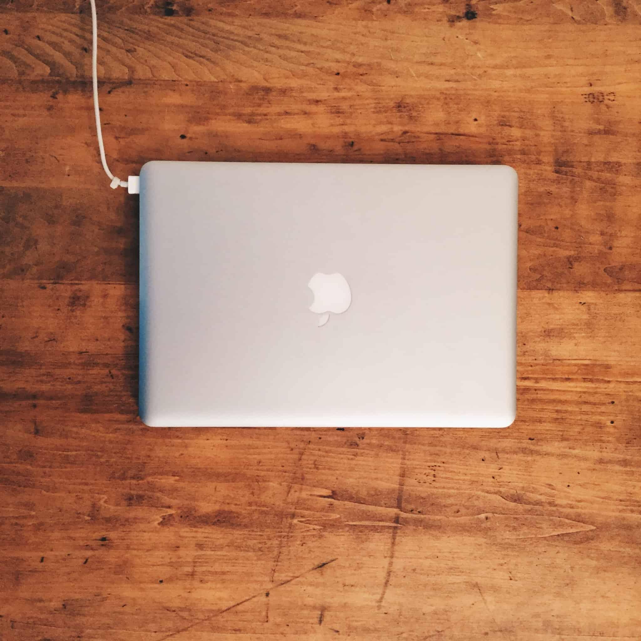 apple macbook numa tábua de madeira