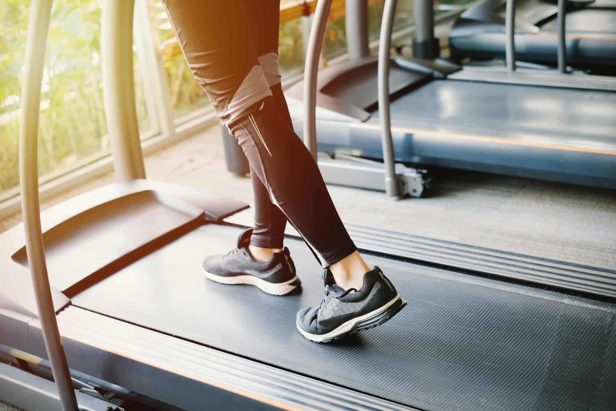 rapariga a fazer desporto na treadmill