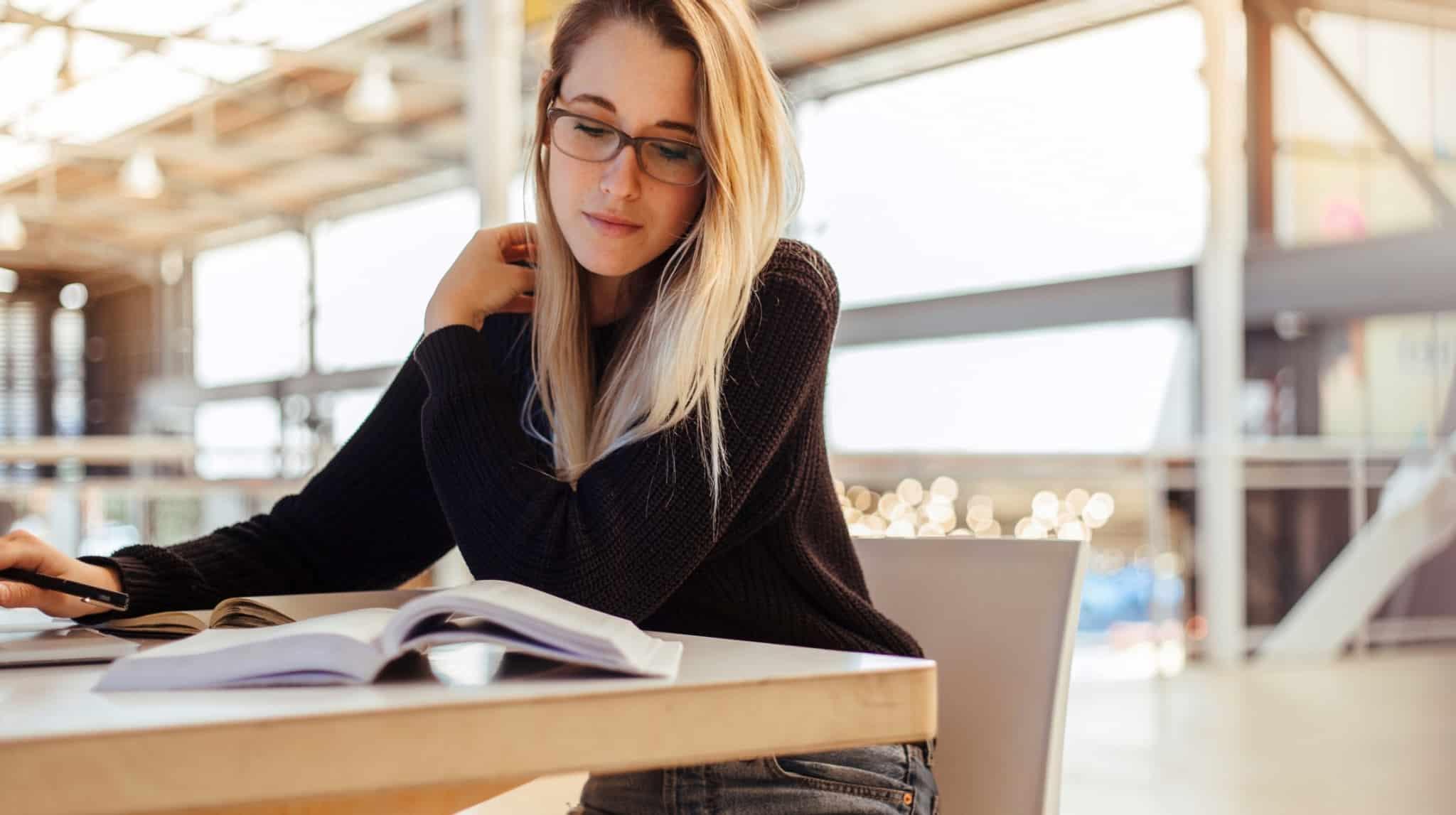 rapariga a estudar na universidade