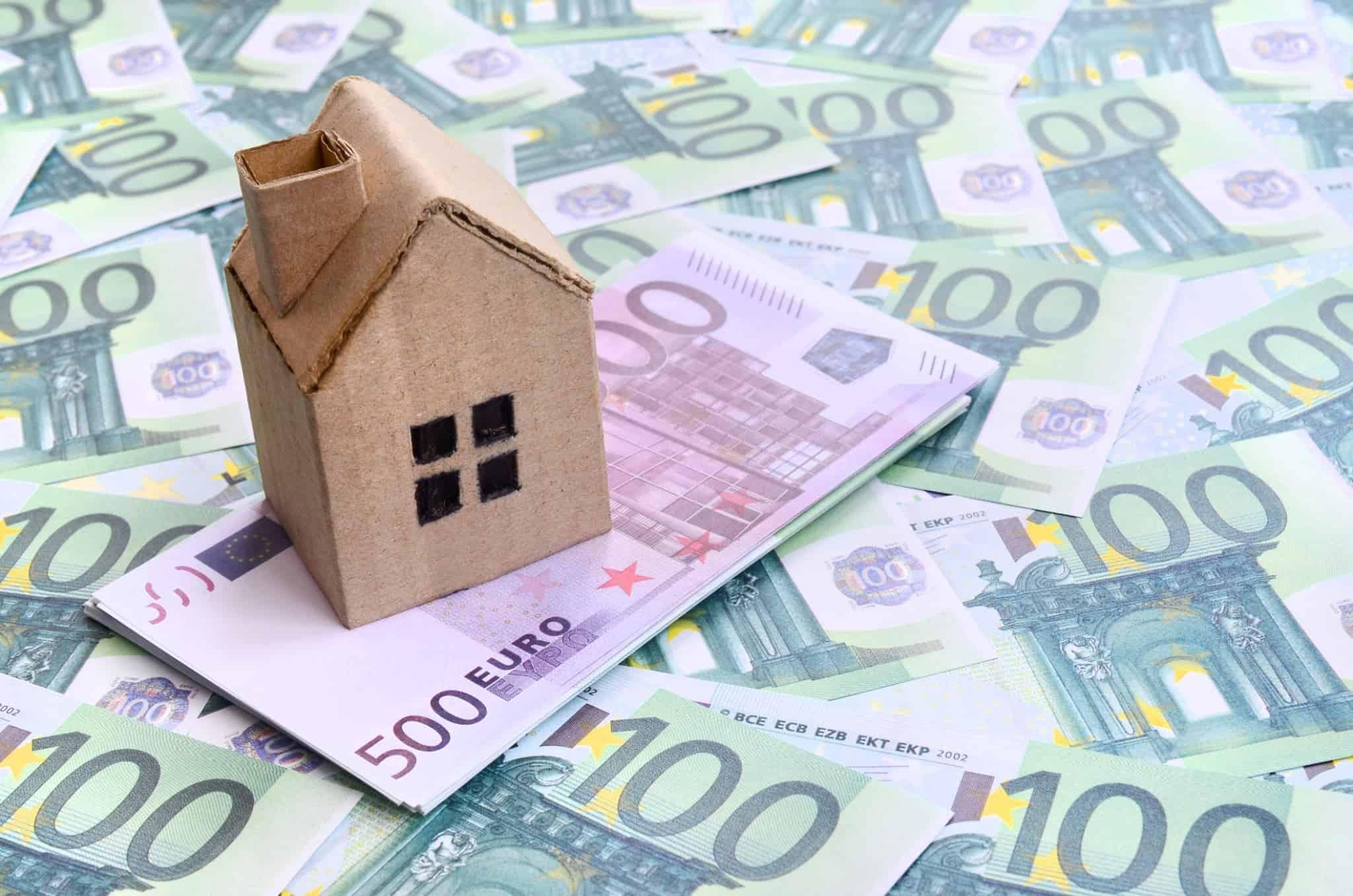 Casa de miniatura em cima de notas de euro